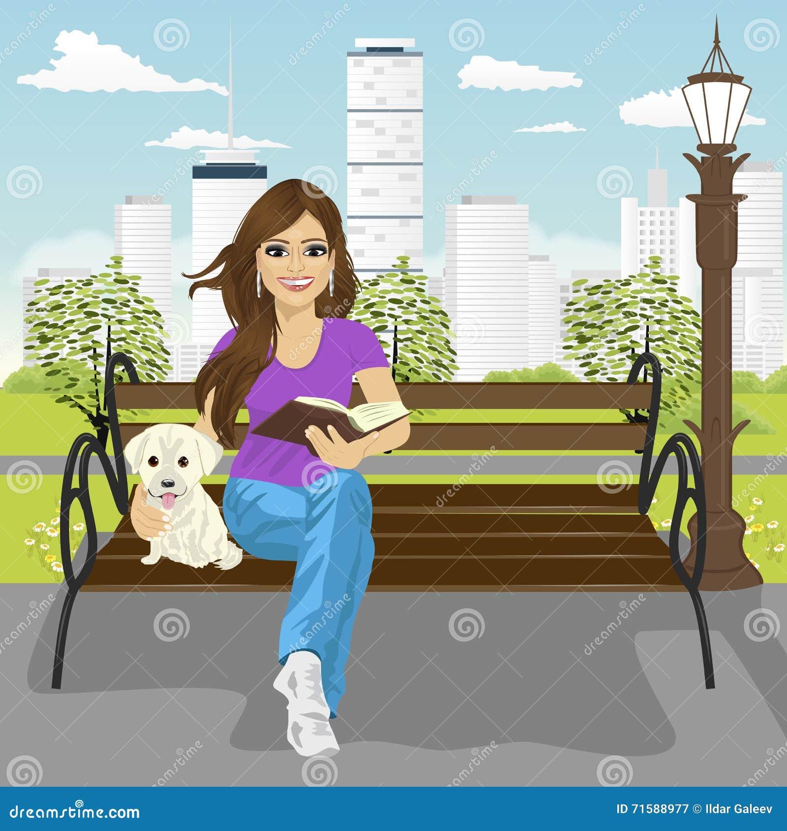 享受freetime的年轻愉快的妇女在夏天阅读书的城市公园坐拥抱拉布拉多小狗的长凳