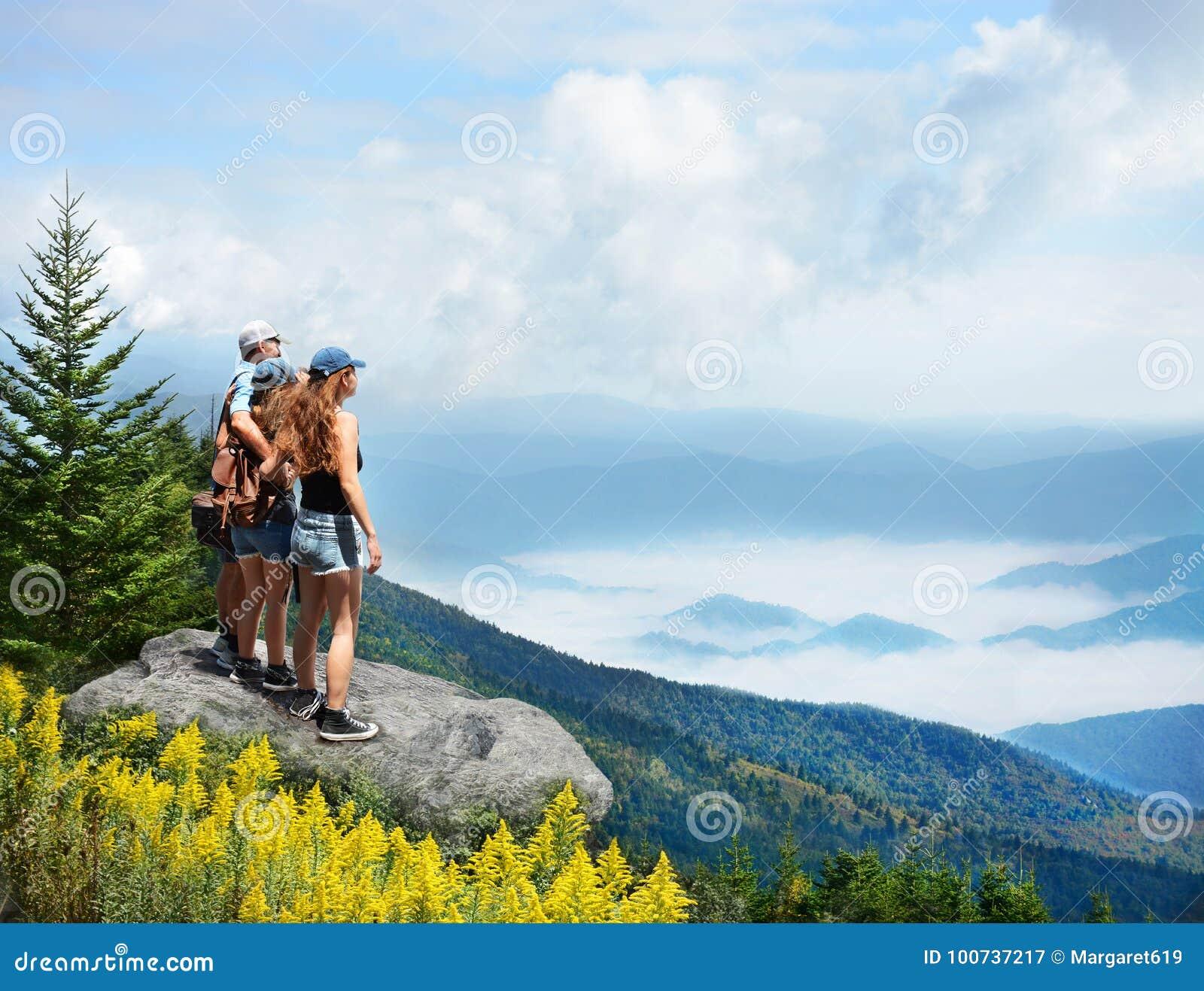 享受ht有雾的山的美丽的景色家庭