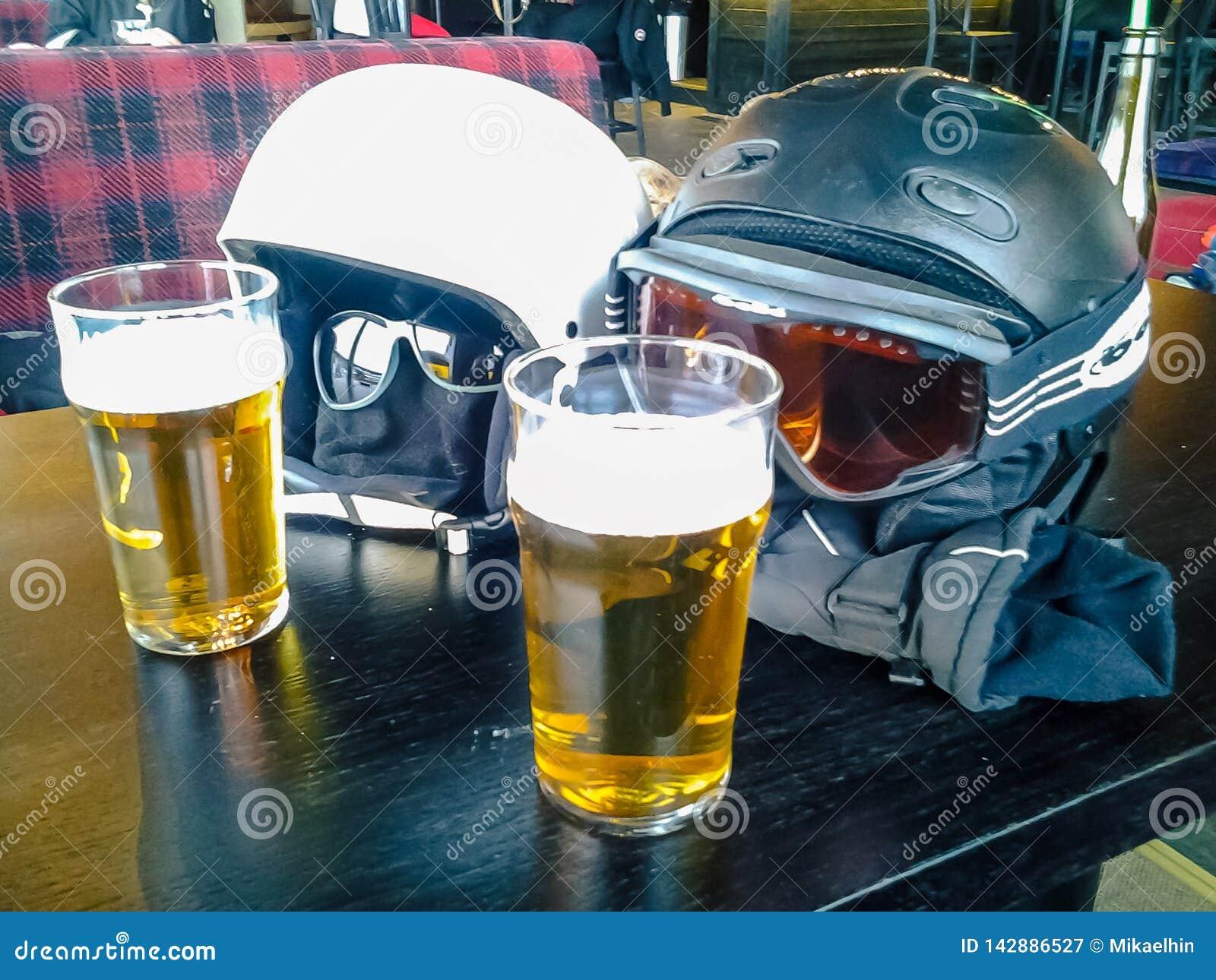 享用两啤酒的两件滑雪盔甲
