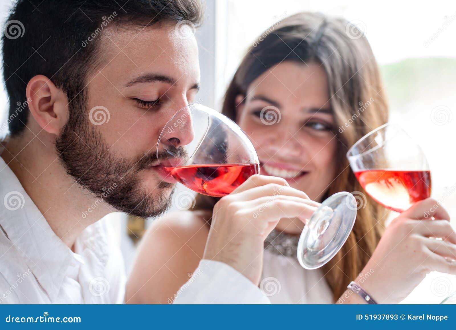 享用品酒的夫妇