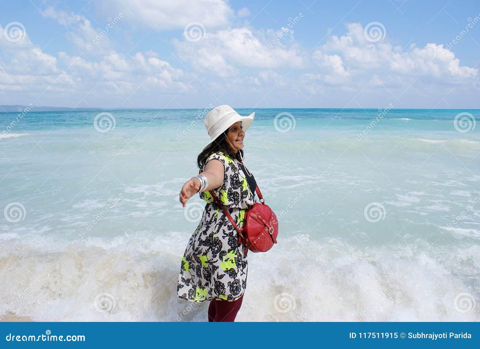 享用在Radhanagar海滩, Havelock海岛海的一名年轻印地安妇女