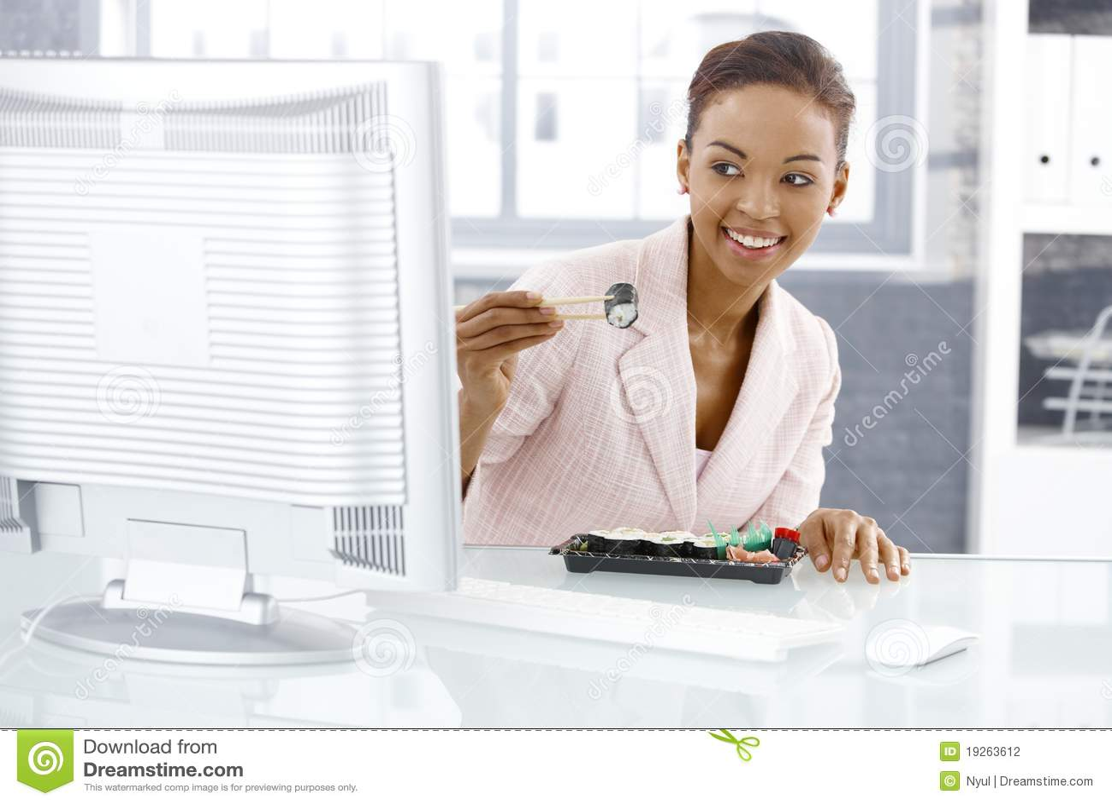 享用寿司的女实业家