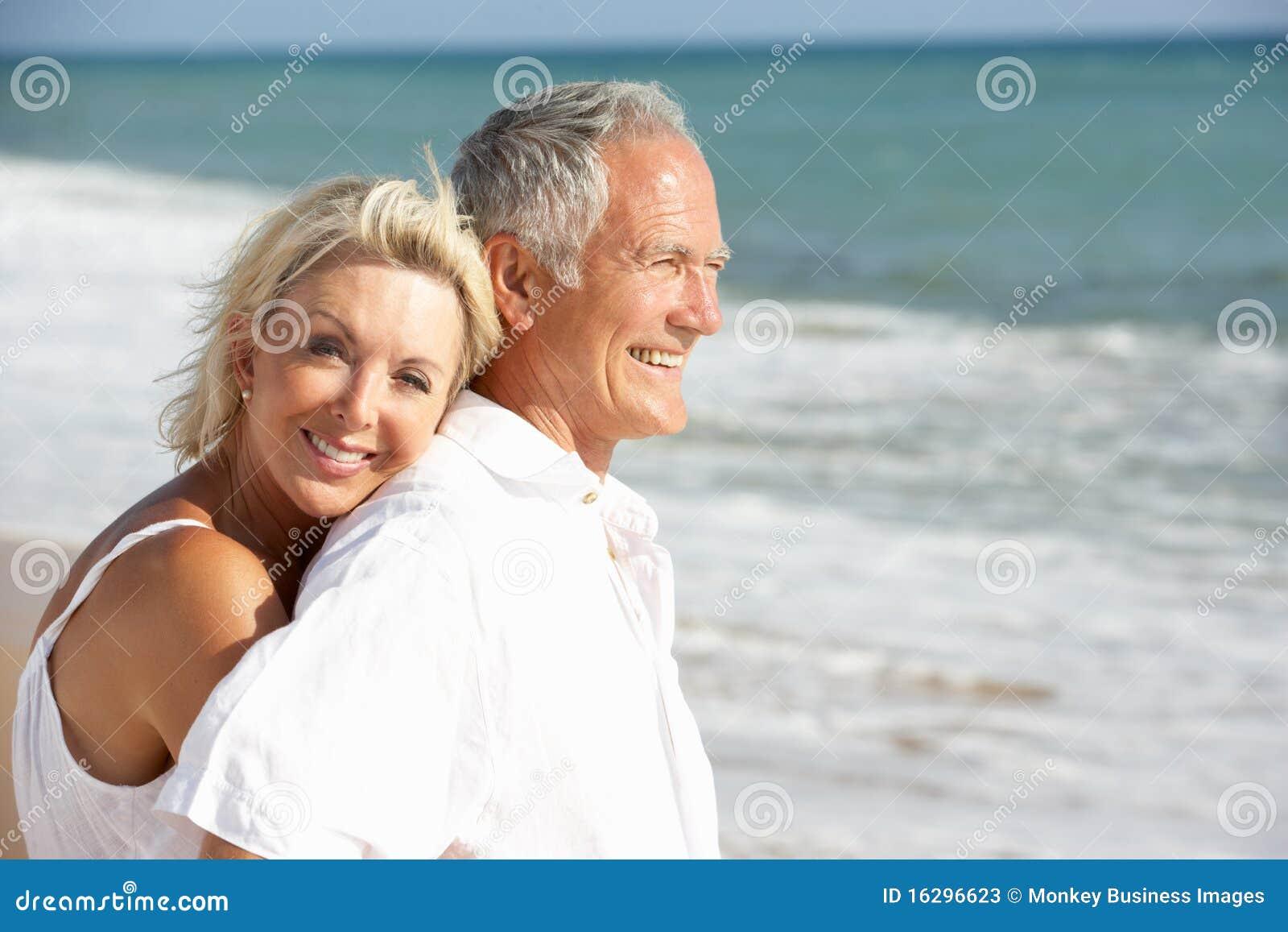 享用节假日前辈星期日的海滩夫妇