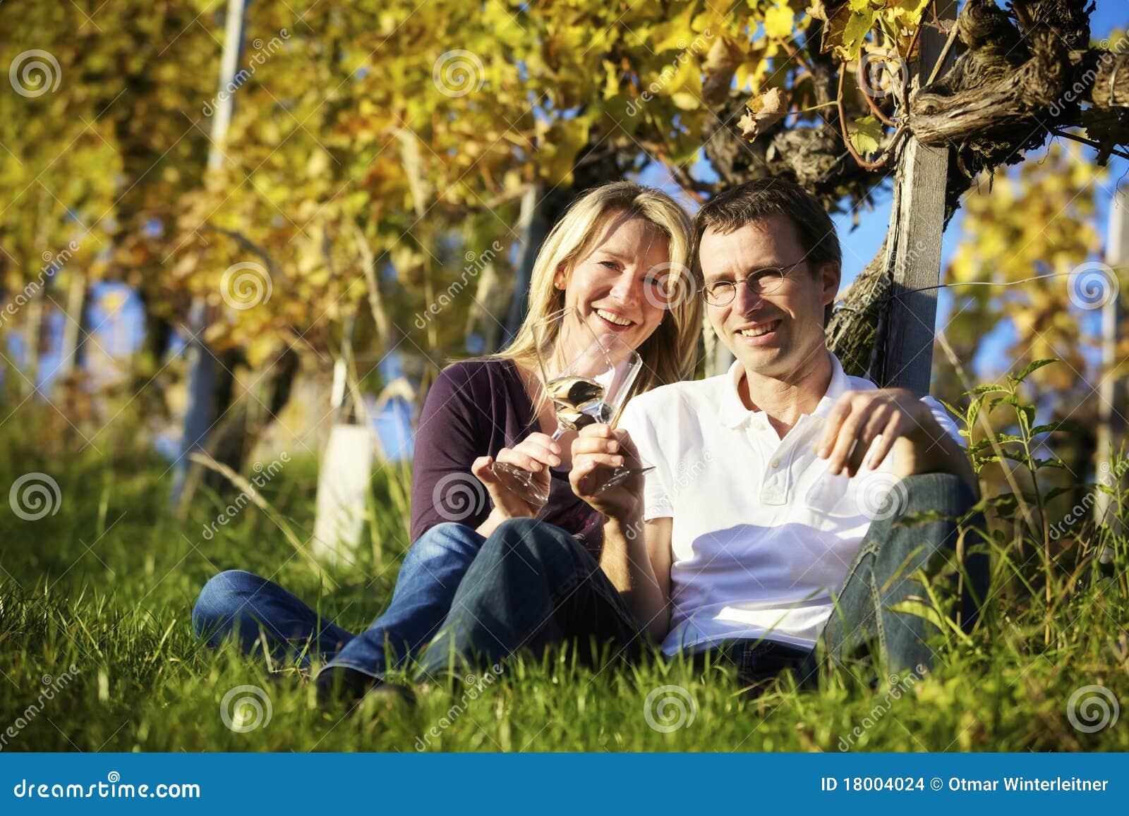 享用葡萄园酒的夫妇