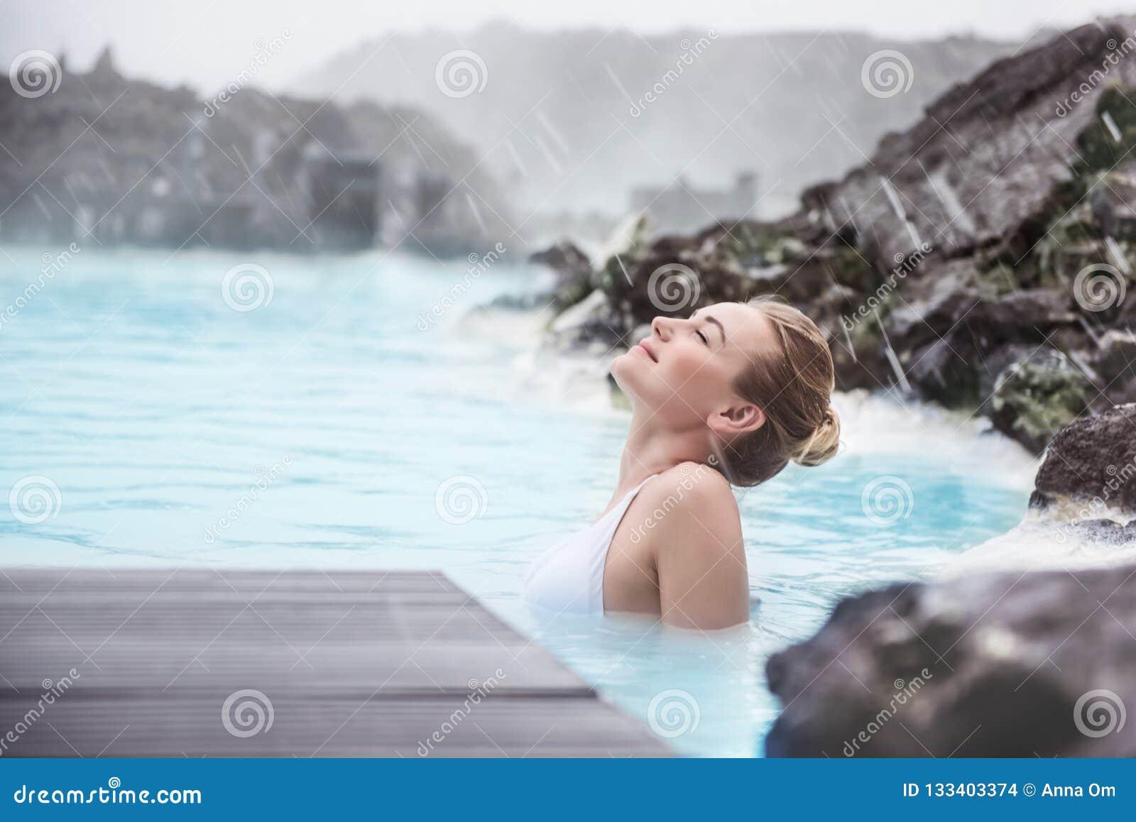 享用蓝色盐水湖的妇女
