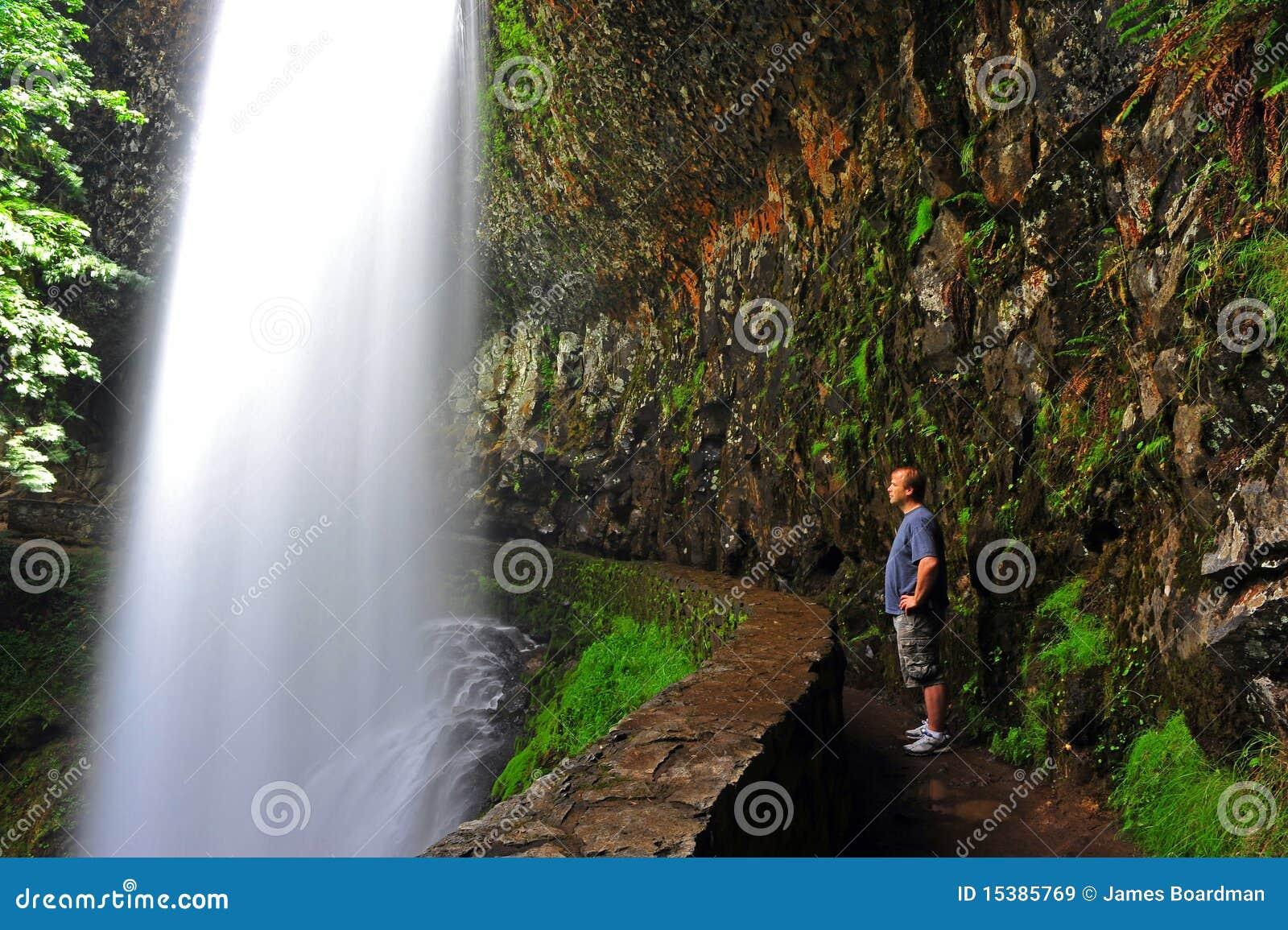 享用远足者时候瀑布