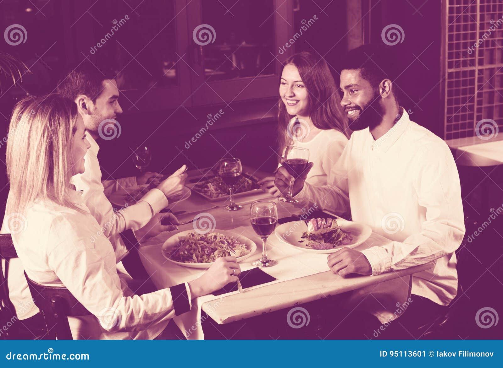 享用食物的中产阶级人