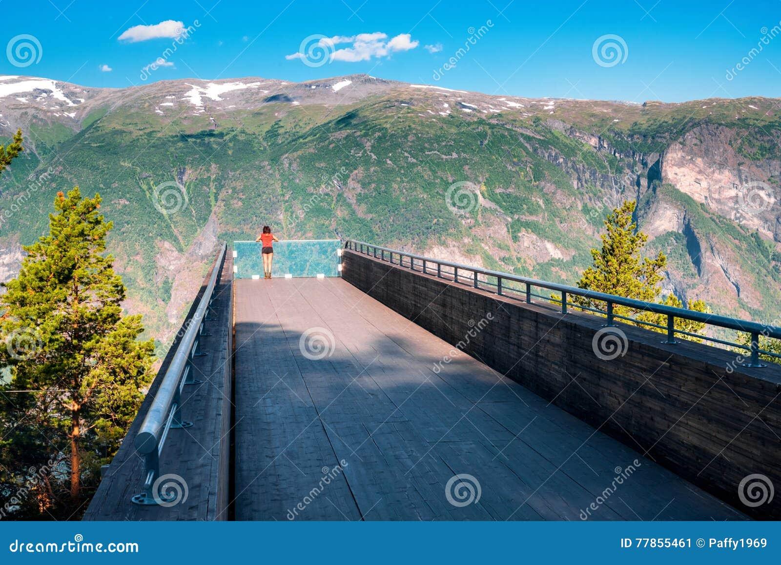 享用scenics从Stegastein观点的妇女