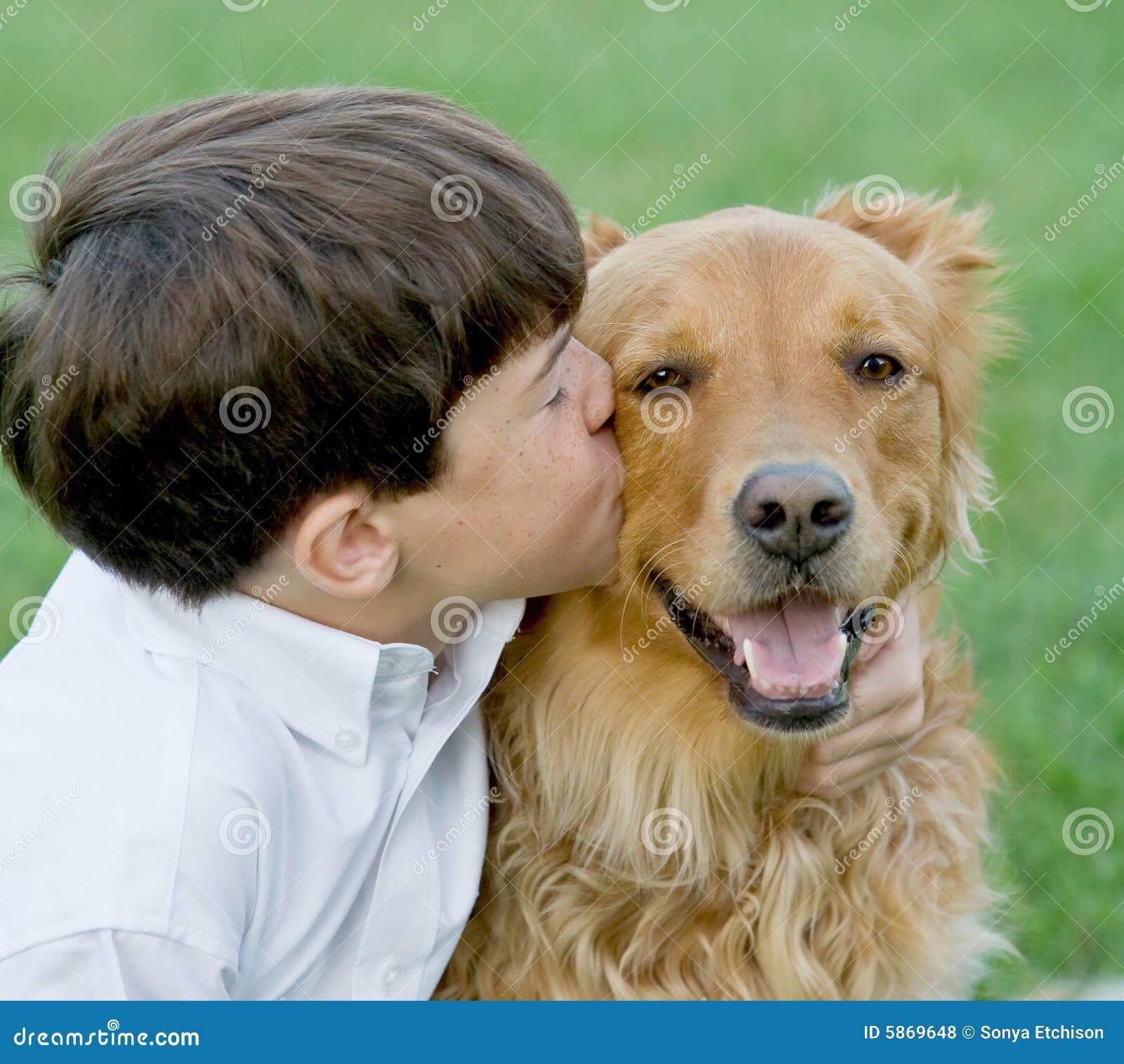 农夫色人和狗_亲吻一点的男孩狗