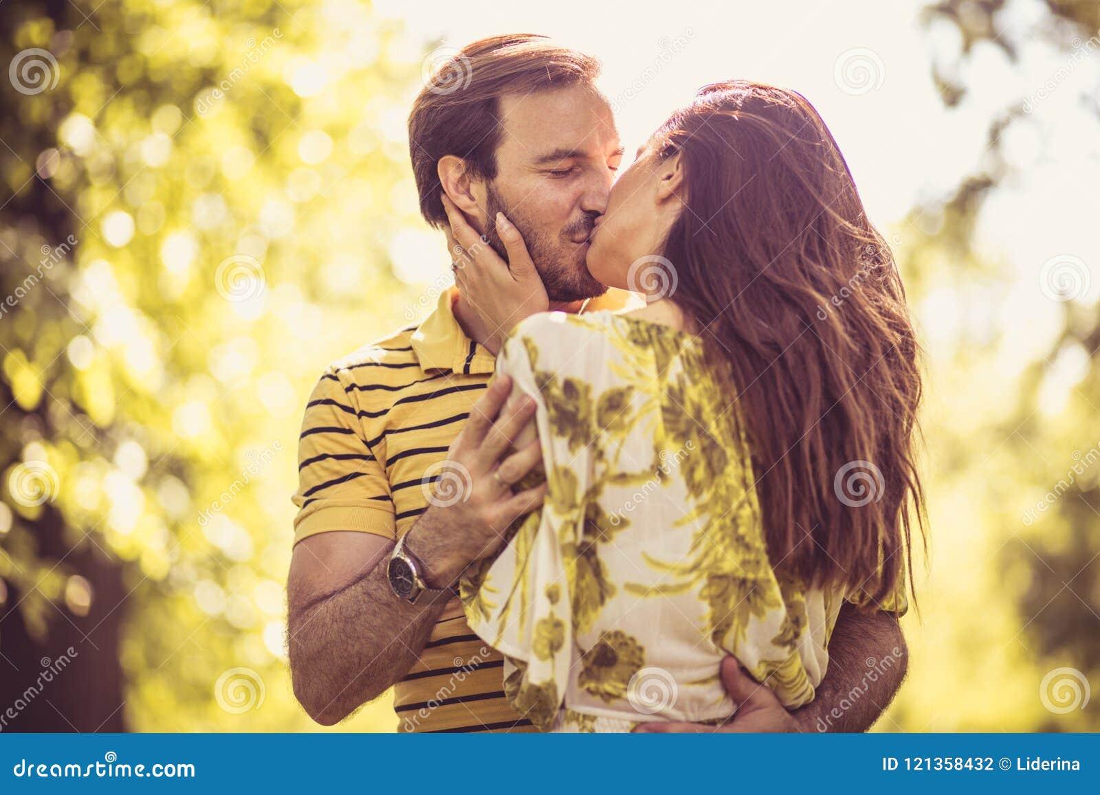 亲吻在春季的夫妇 画象