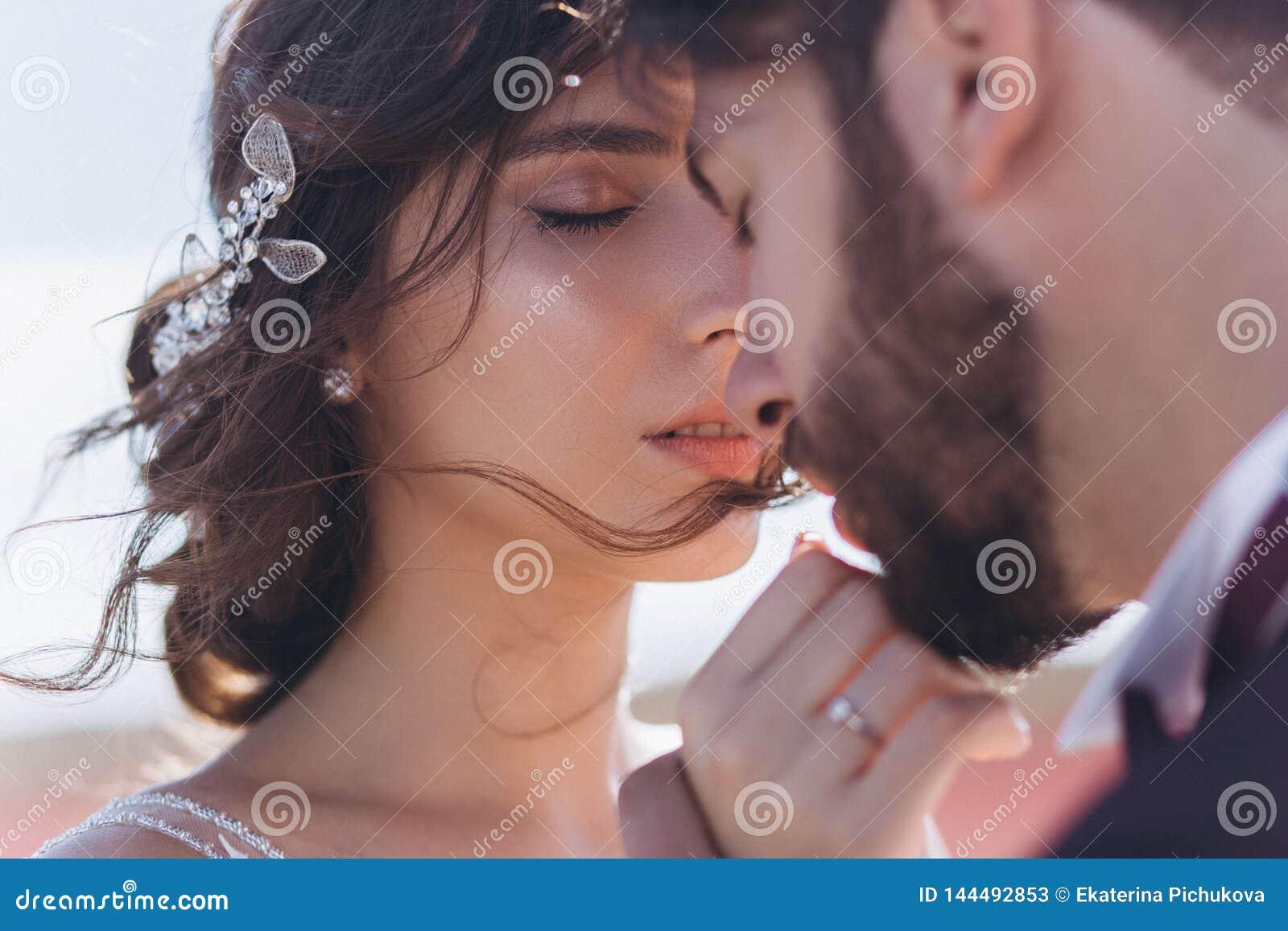 亲吻爱新娘和新郎