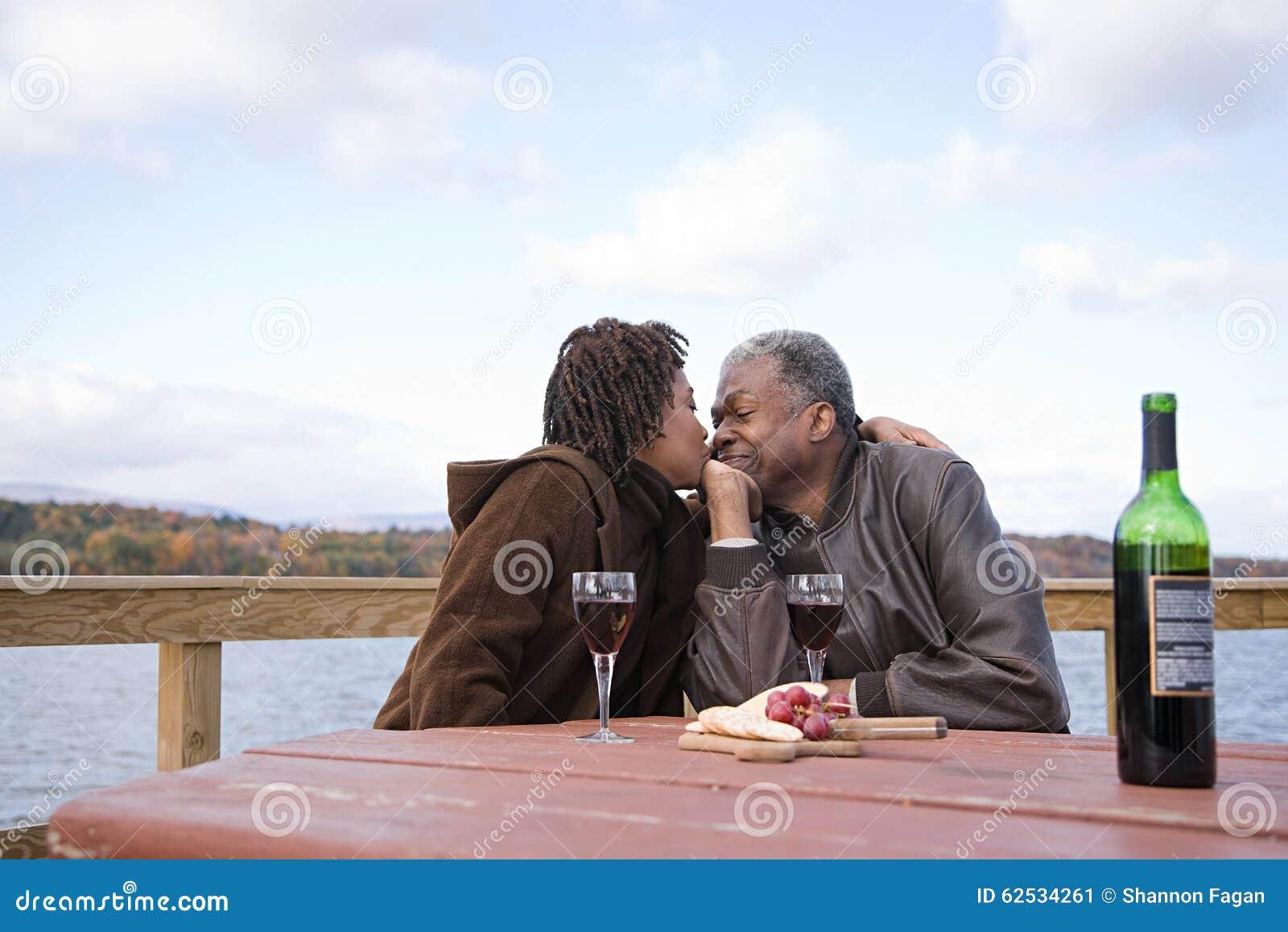 亲吻一个人的一名妇女