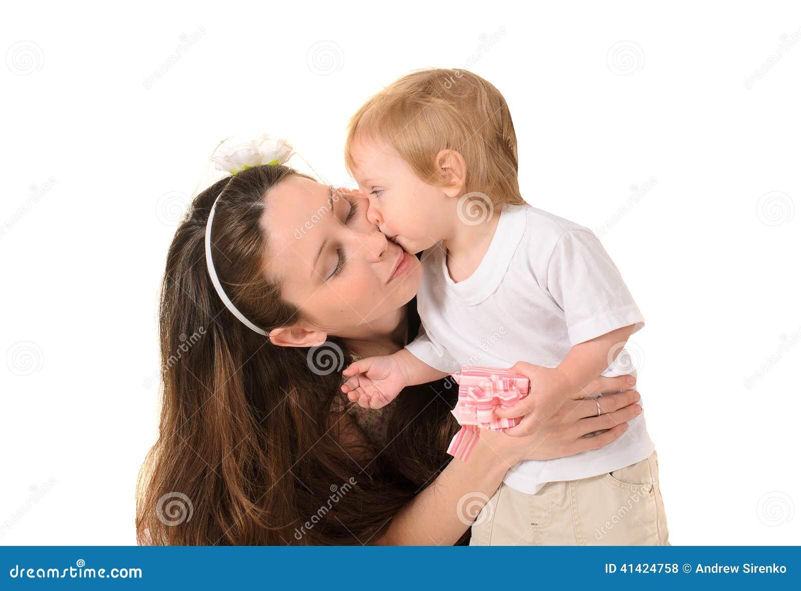 亲吻她的小儿子的母亲