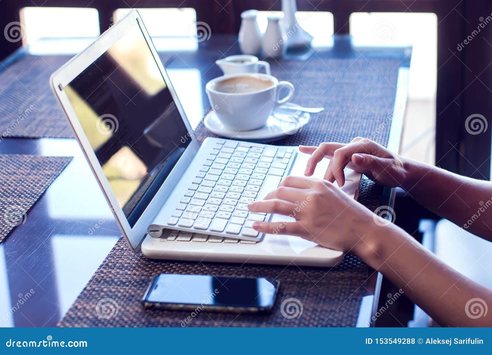 人、技术、通信和休闲概念 妇女的手播种的背面图浏览互联网的,检查简短的新闻报道通过