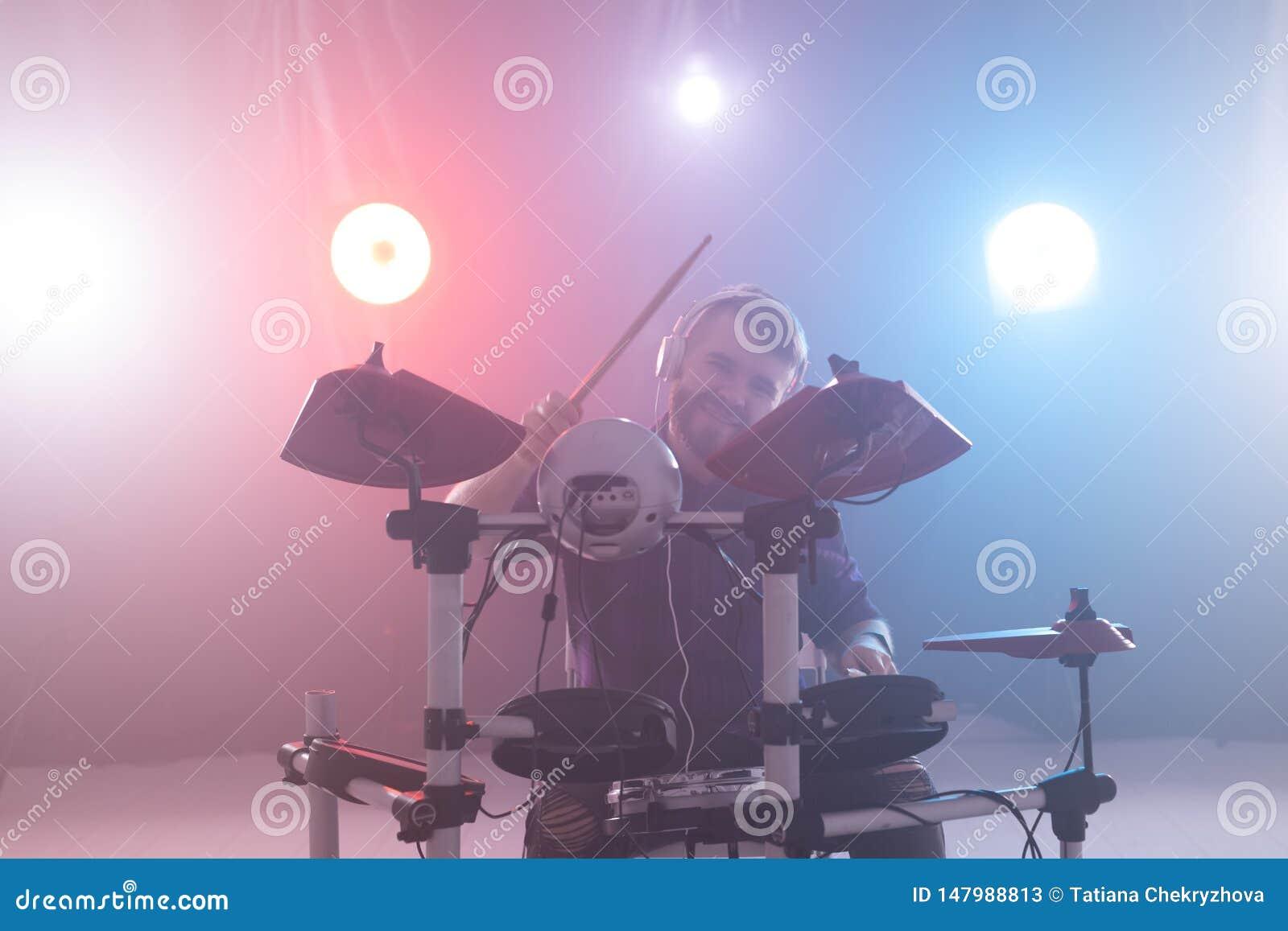 人、音乐和爱好概念-与鼓槌的人戏剧在阶段的鼓