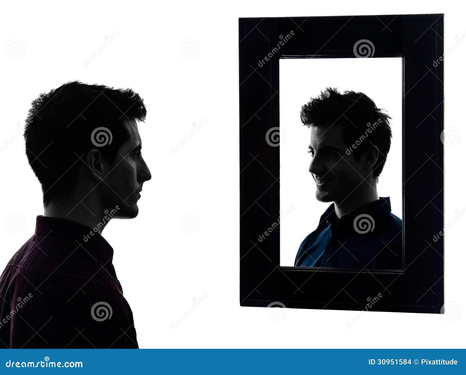 人严肃在他的镜子剪影前面