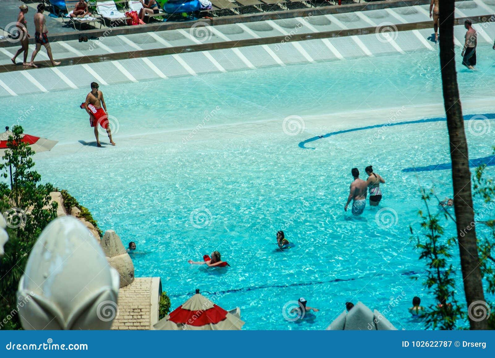人为海滩的人们在曼德勒海湾旅馆里