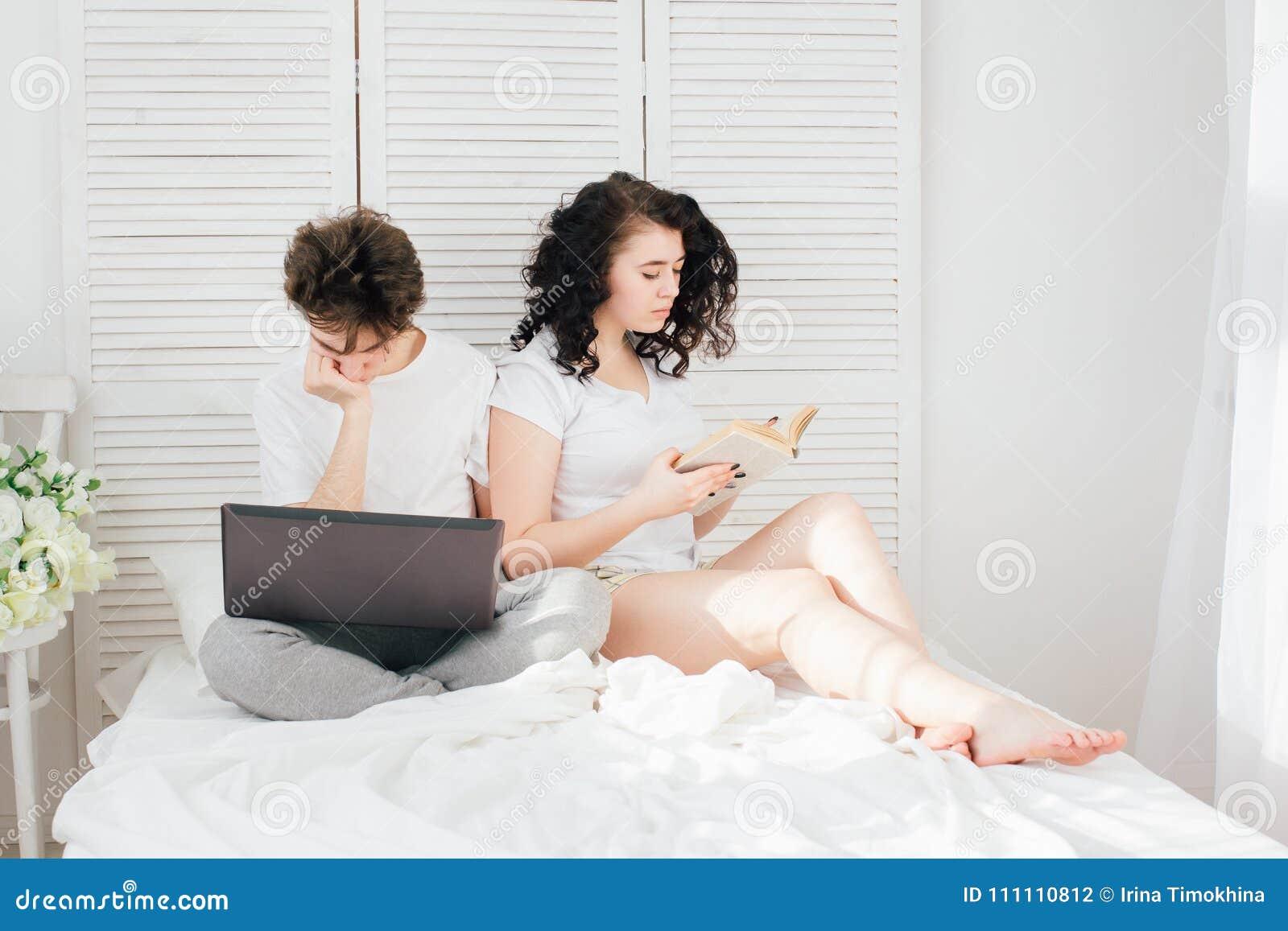 人为膝上型计算机,女孩工作读书