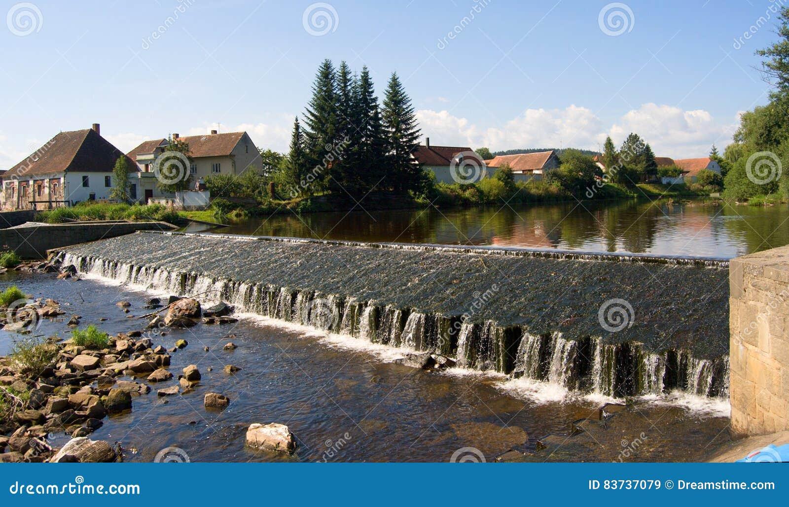 人为水闸和村庄奥塔瓦河河的,飞溅结冰的水,捷克秀丽