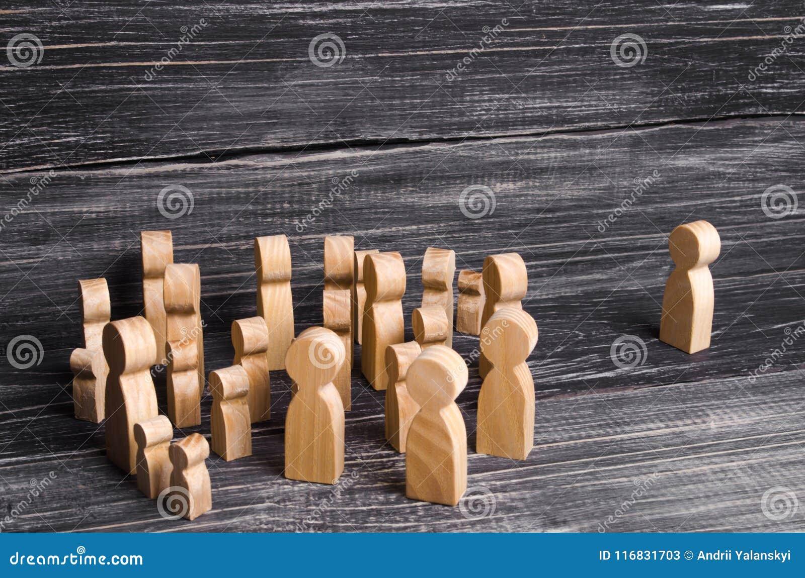 人人群是站立和看一个偏僻的人身分 跟领袖的人们,上司 听力,论坛,集会