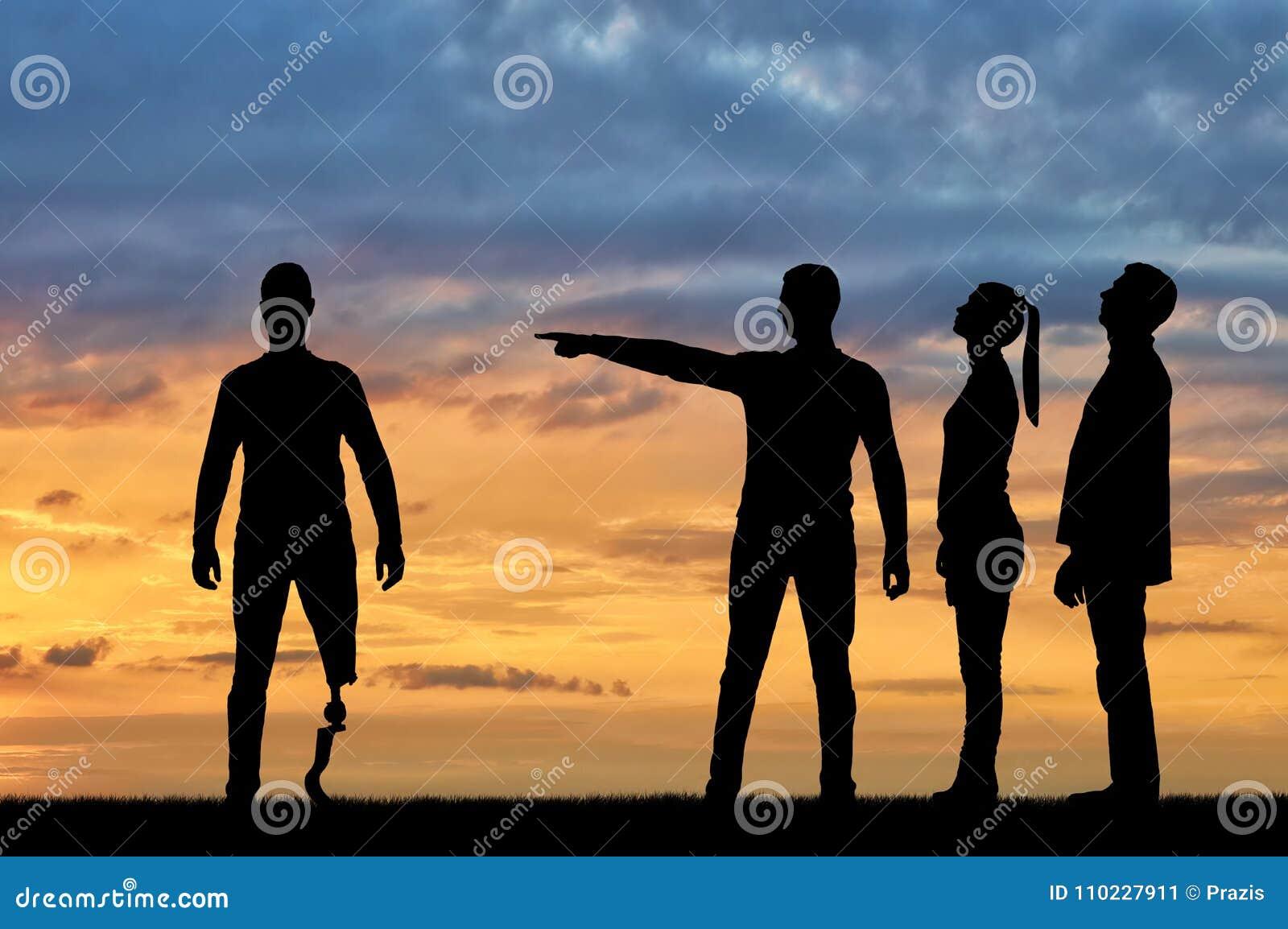 人人群讲清楚对有腿假肢的残疾人他应该走开 歧视的概念