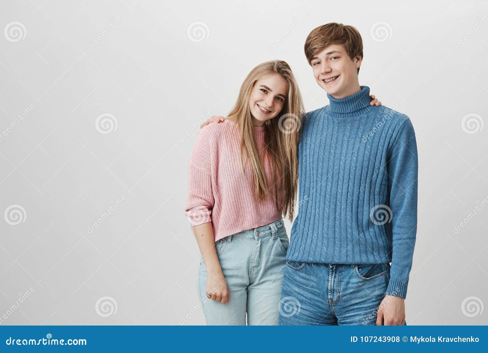 人们、关系、休闲和生活方式 享受业余时间的迷人的年轻行家夫妇,看起来愉快和