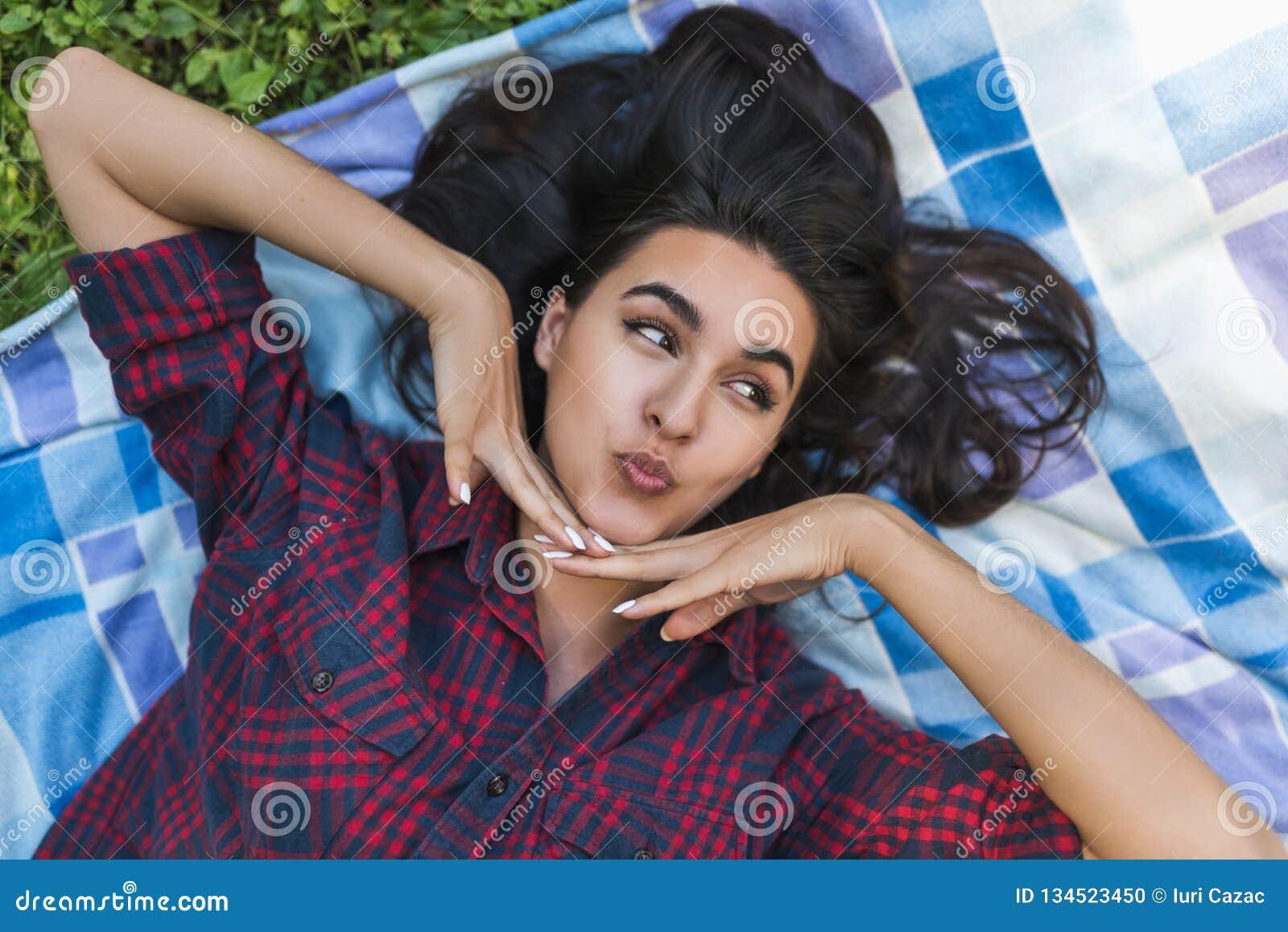 人们和生活方式概念 年轻可爱的深色的女性顶视图穿戴了随便,看微笑她的男朋友和