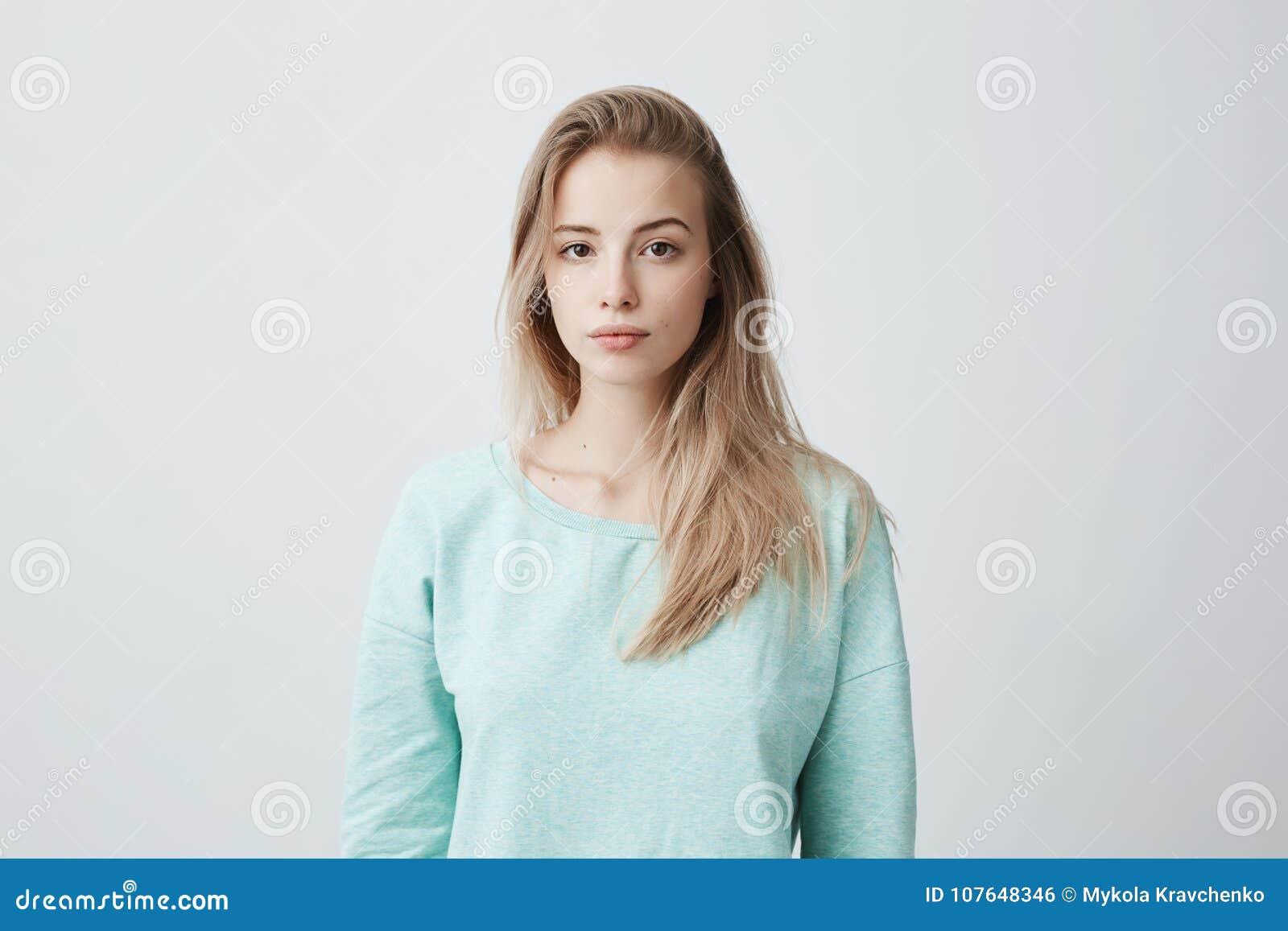 人们和生活方式 可爱的年轻白种人黑眼睛的女性演播室射击有长期被洗染的金发摆在的