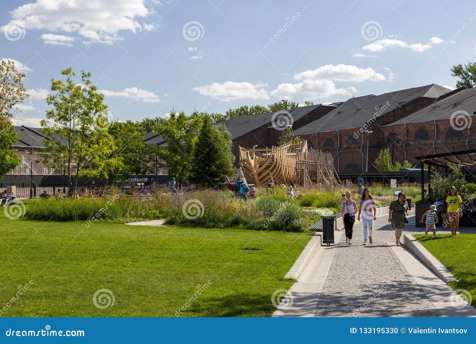 人们在城市公园'新的荷兰的'疆土放松在圣彼德堡