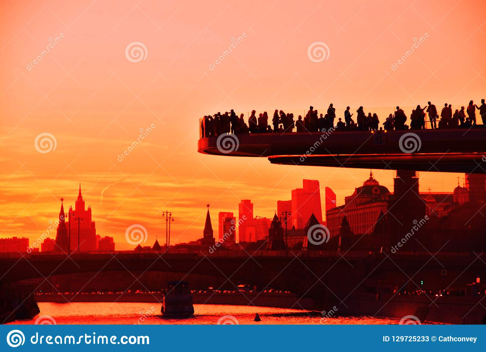 人们在玻璃桥梁站立在Zaryadye公园在莫斯科 普遍的地标