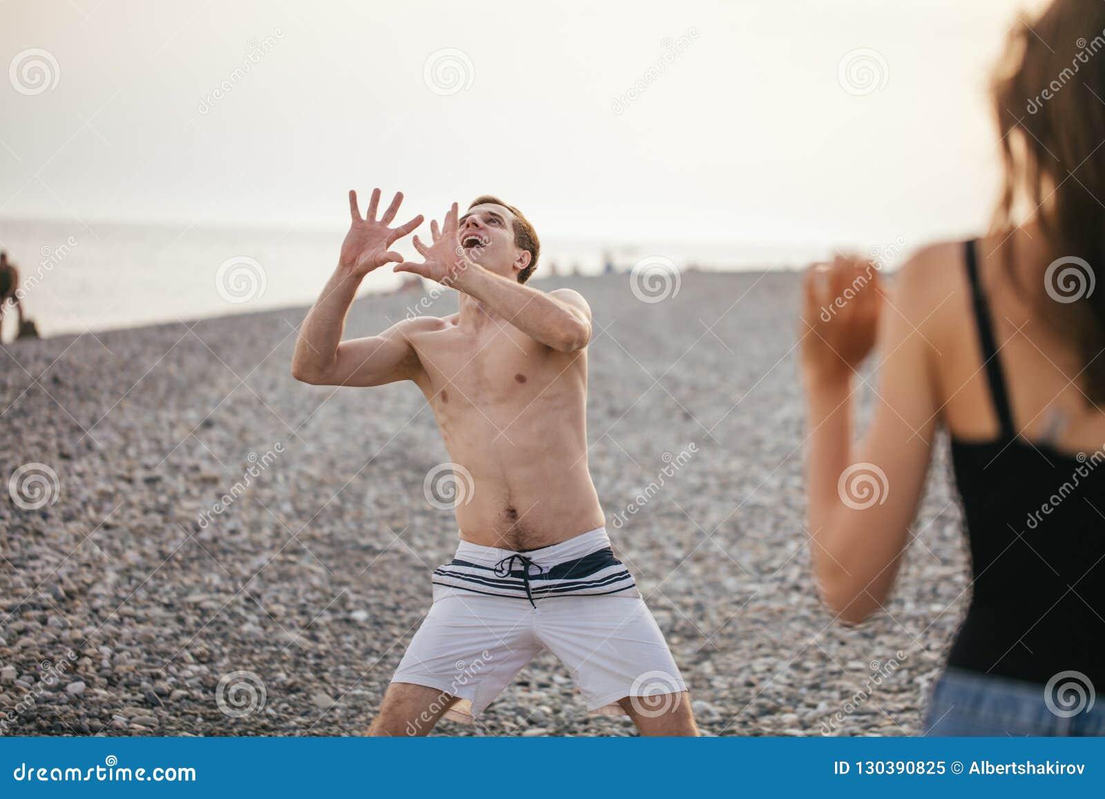 人们编组有乐趣和戏剧沙滩排球夏日