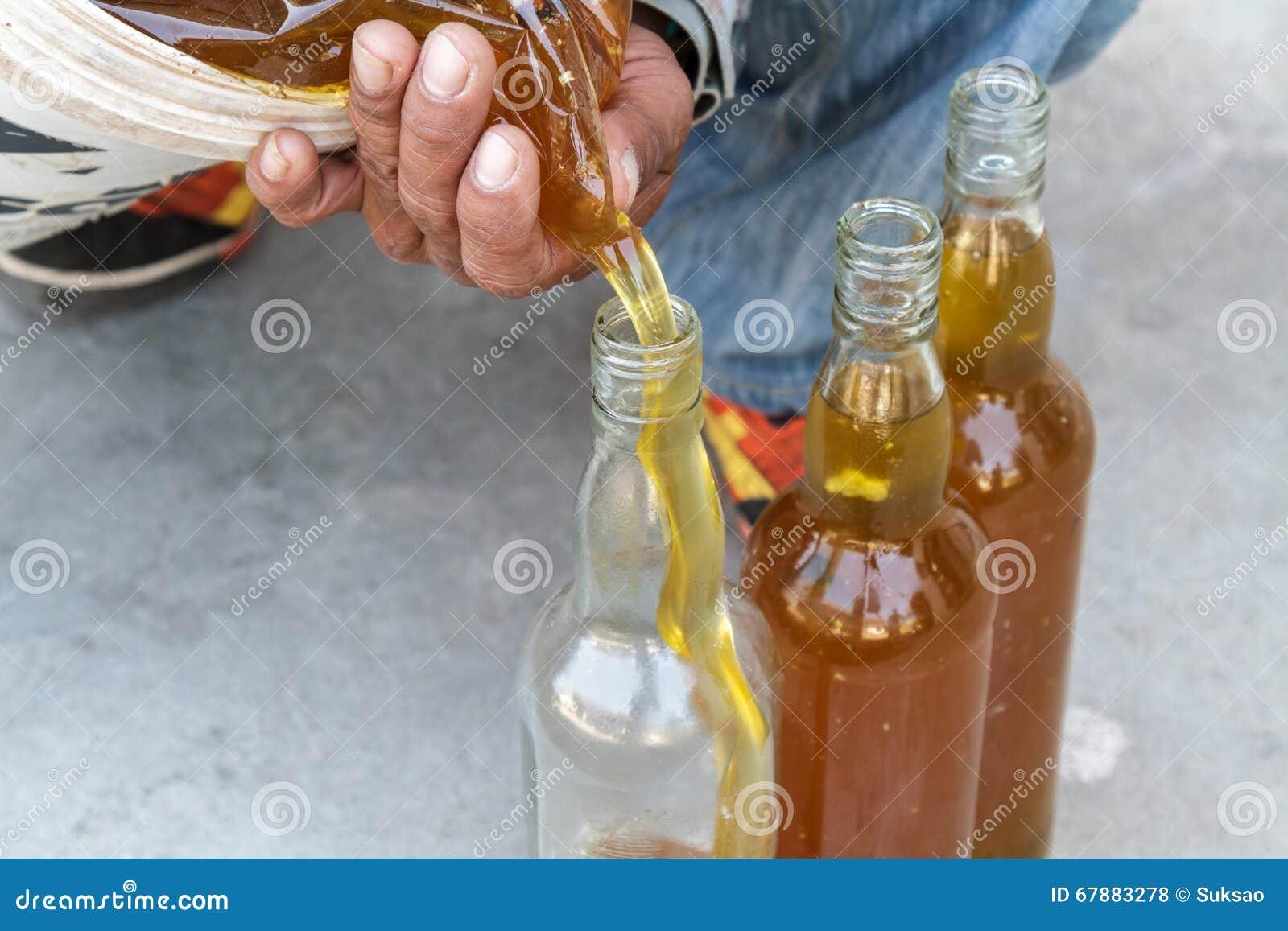 人倾吐的蜂蜜瓶