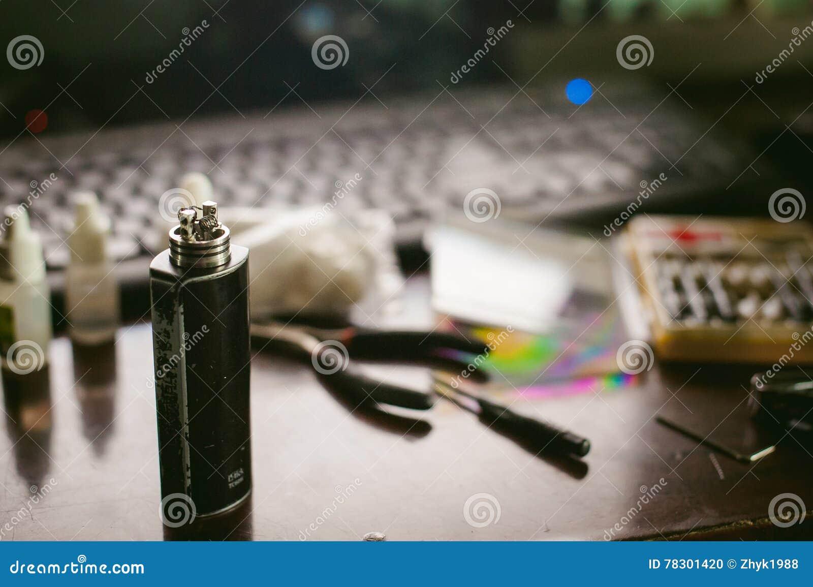 人准备卷电子吸烟鲜美vape汁液