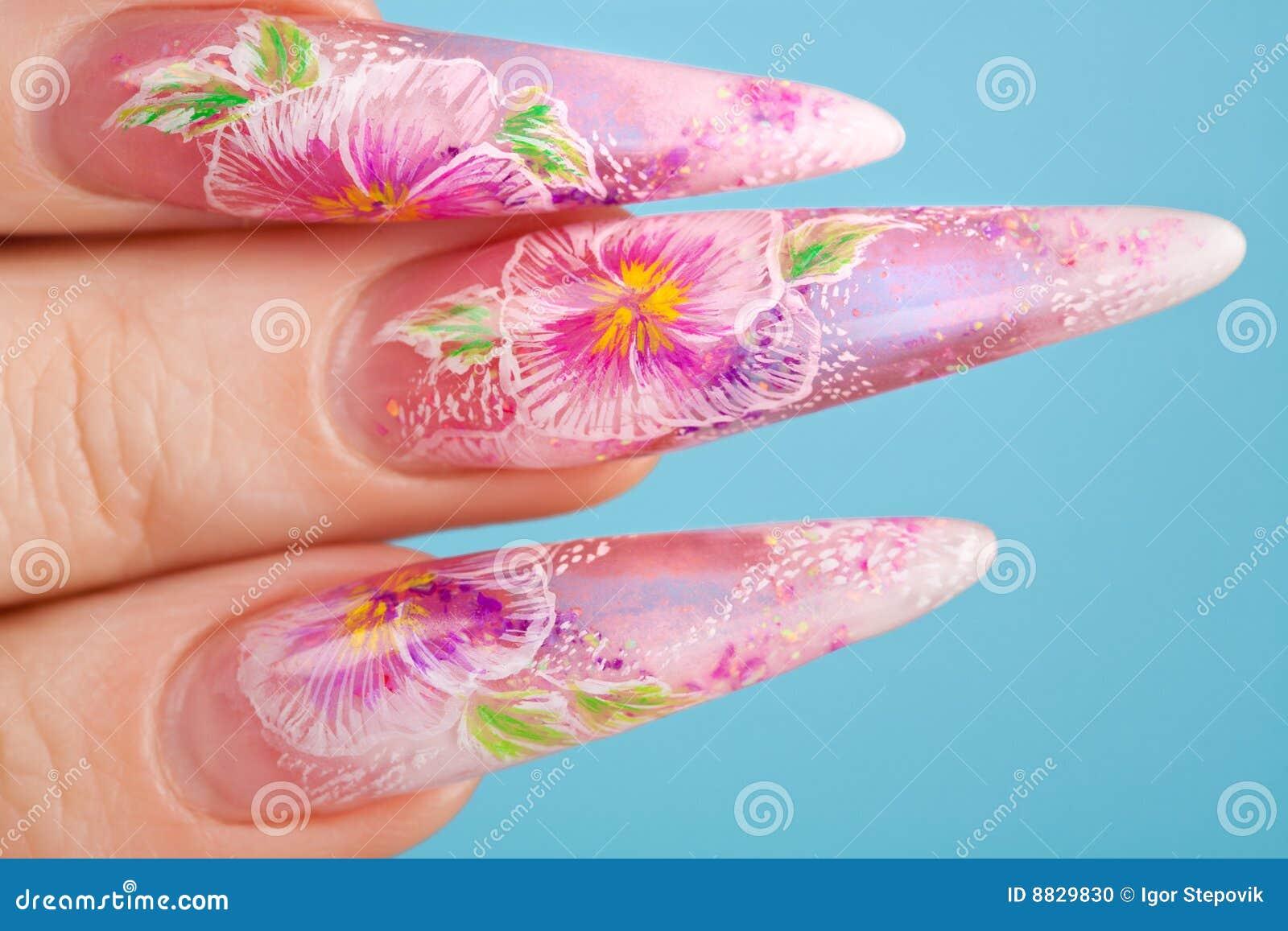 人力美丽的指甲盖的手指