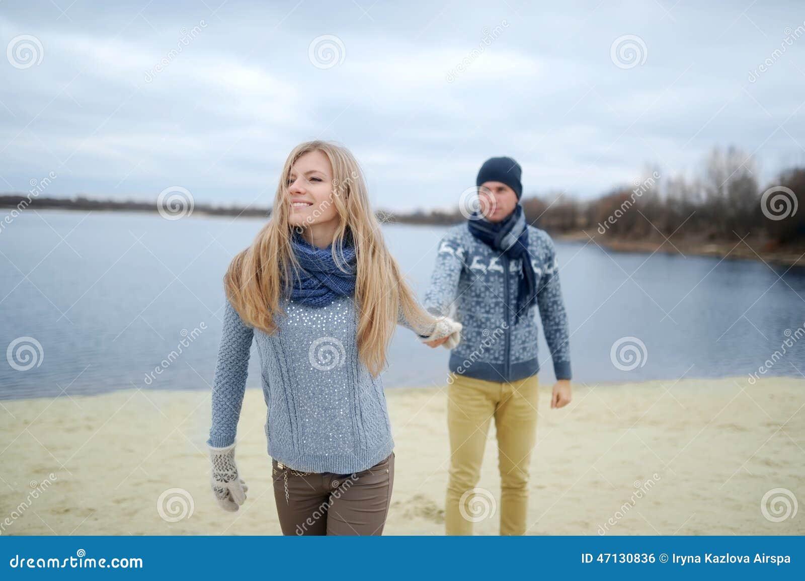 人和女孩在沙漠秋天海滩走