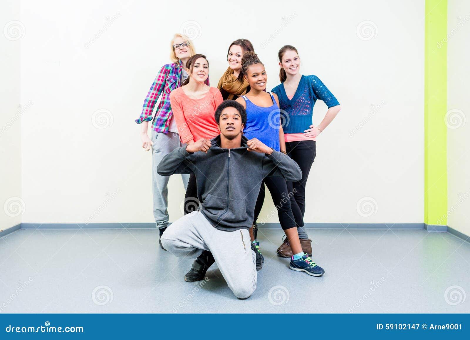 年轻人和妇女舞蹈课摆在的