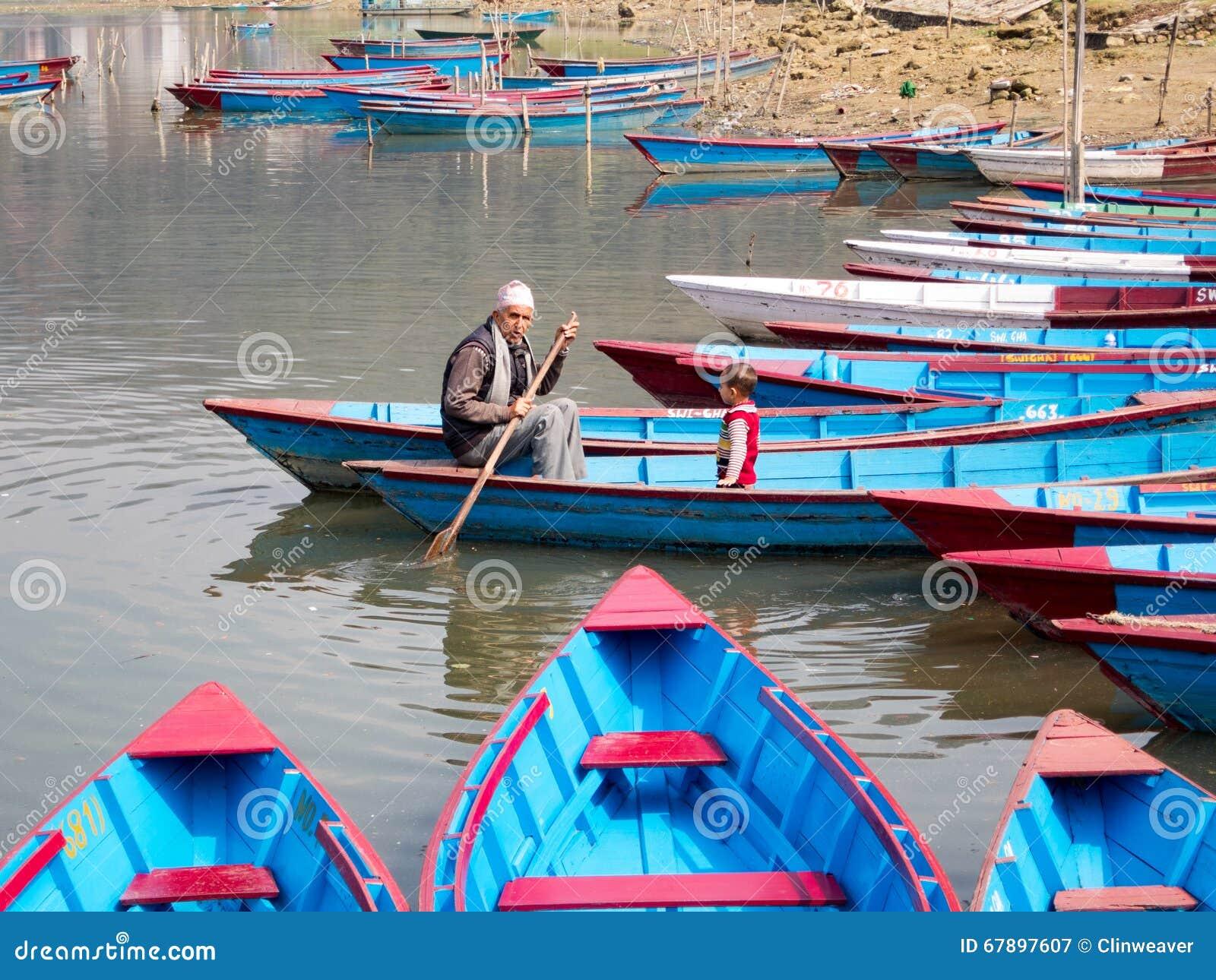 人和孩子小船的