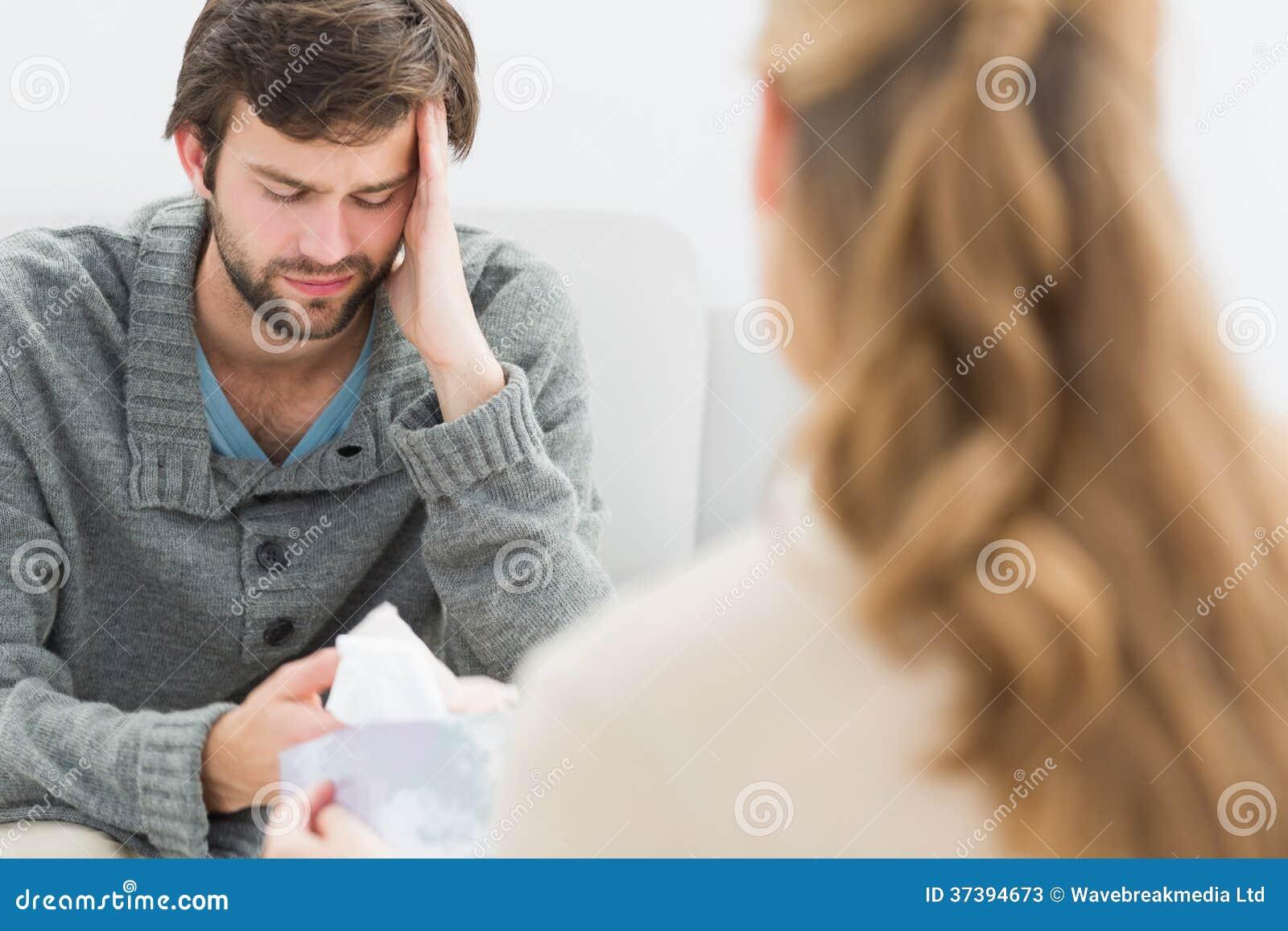 年轻人在与心理学家的会谈