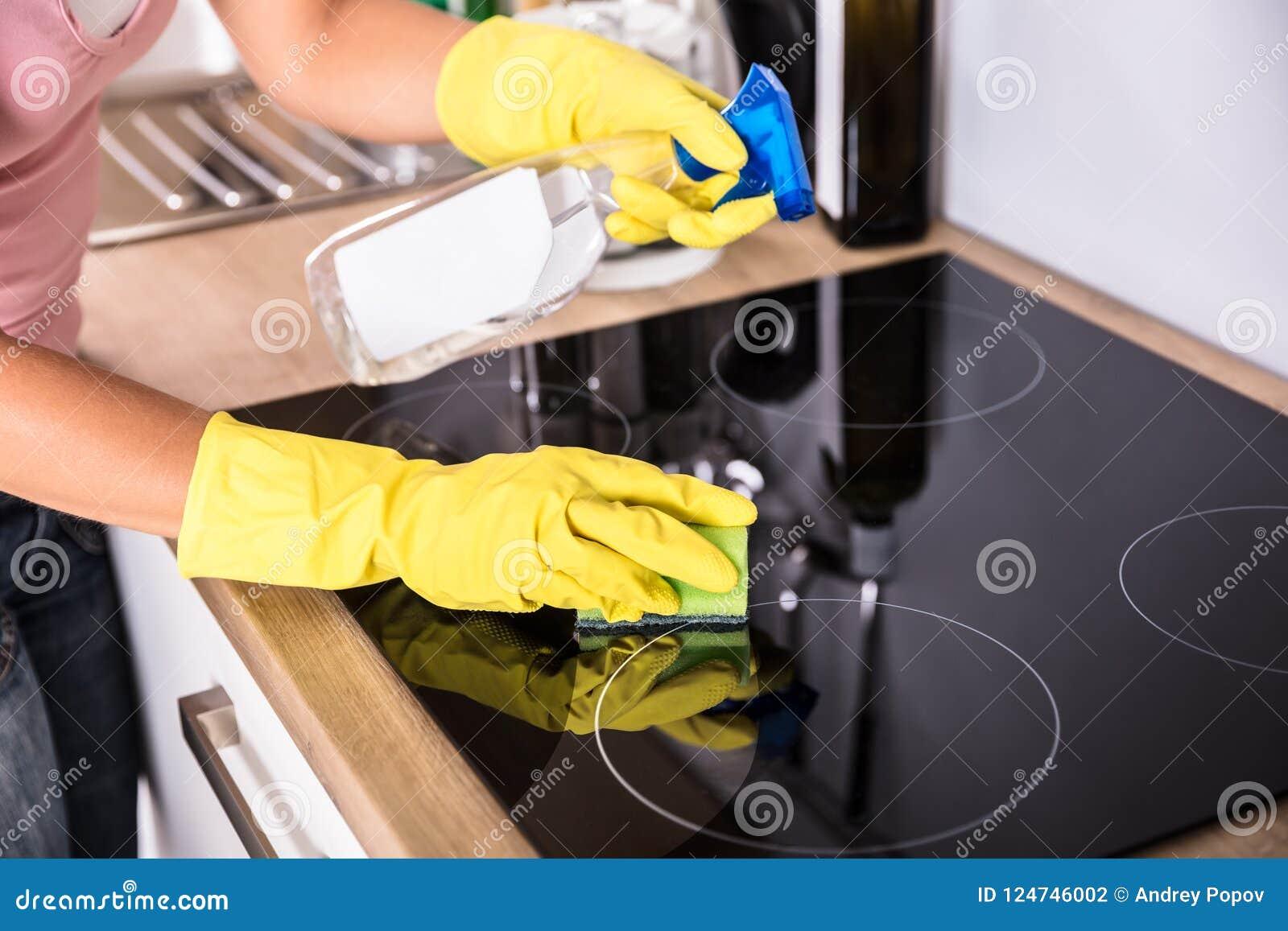 人在厨房里递清洁归纳火炉