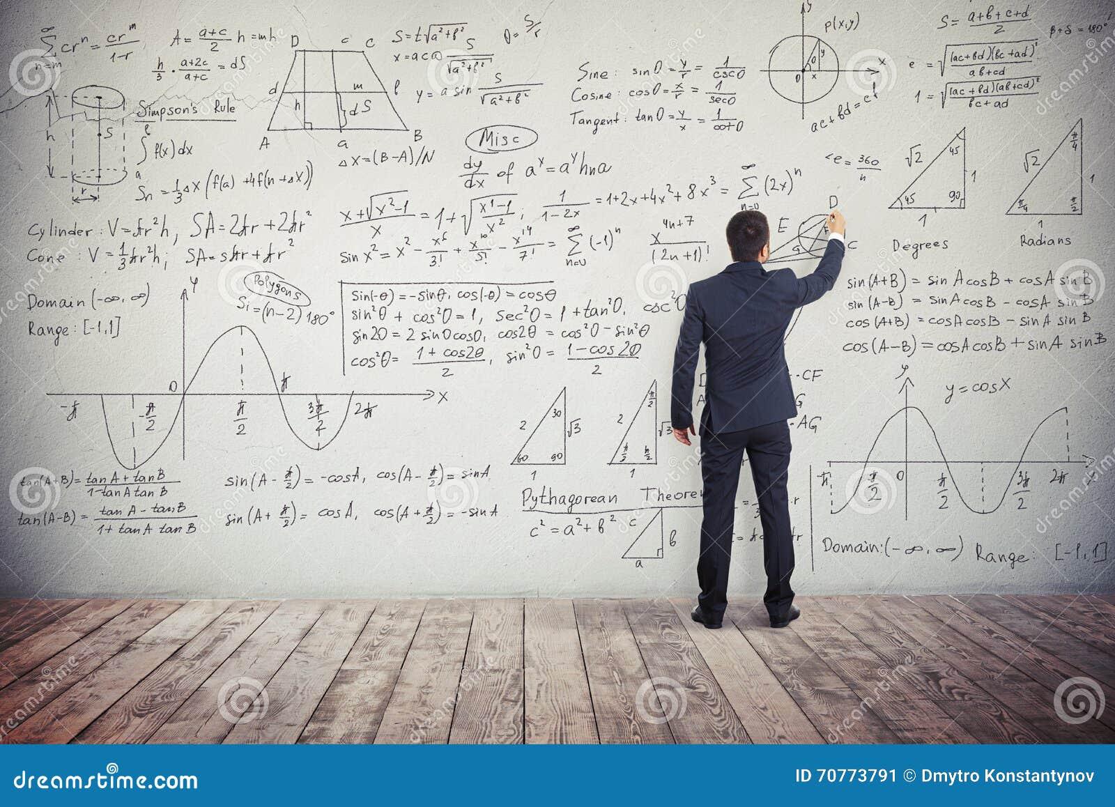 人在墙壁写着数学任务的解答