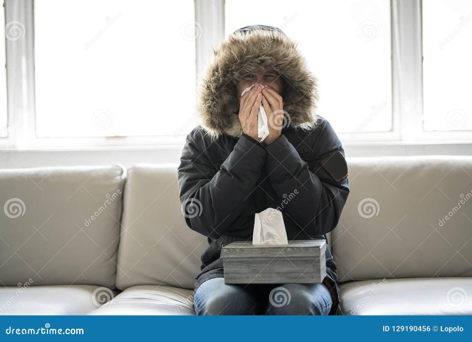 人在家有在沙发的流感有冬天外套的