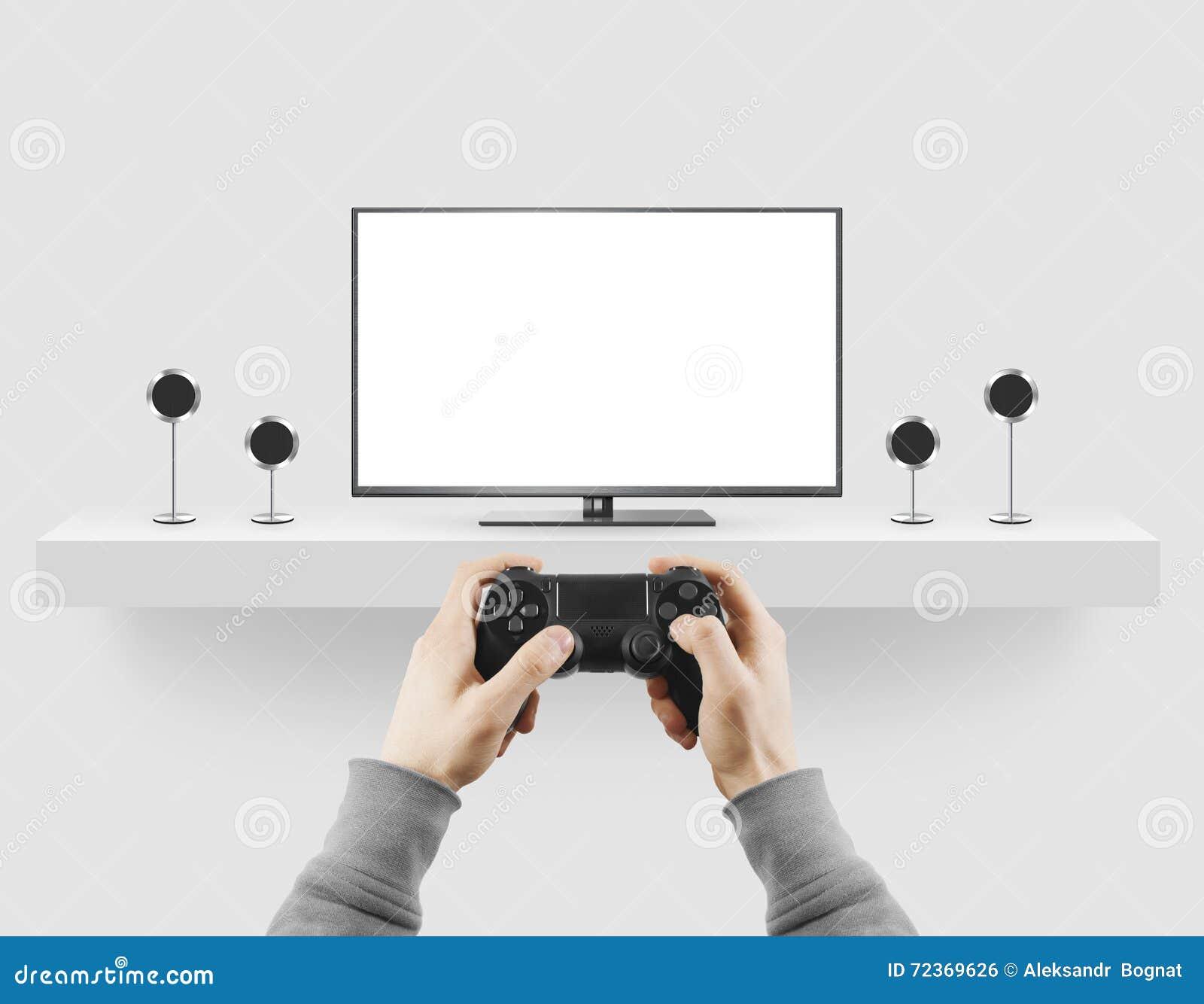 人在手空白的电视屏幕嘲笑的举行gamepad