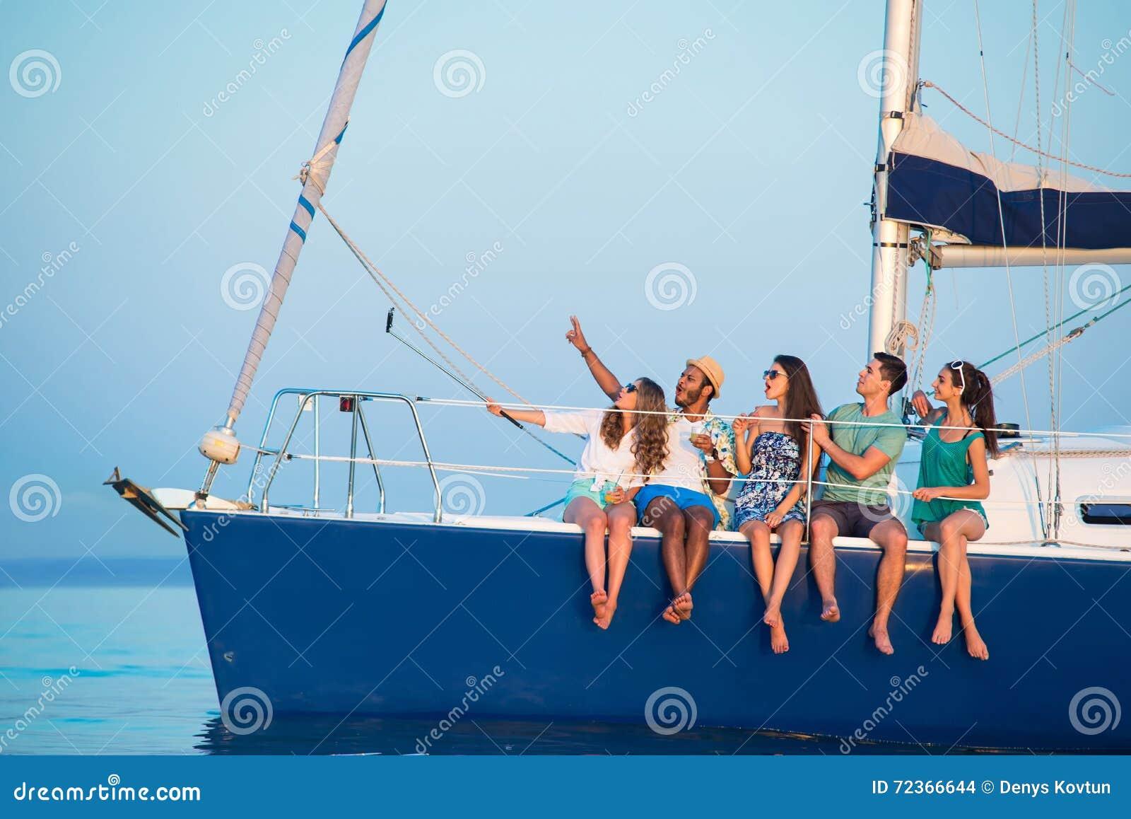 人在游艇的作为selfies