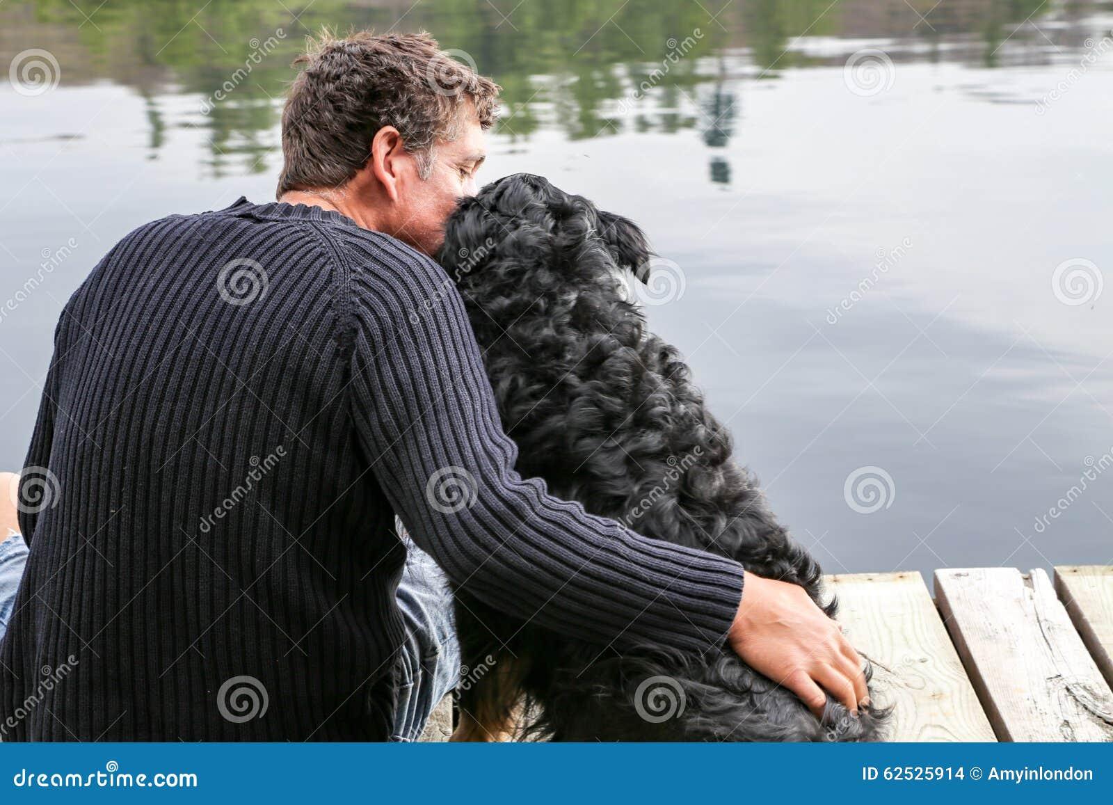 人在湖偎依狗
