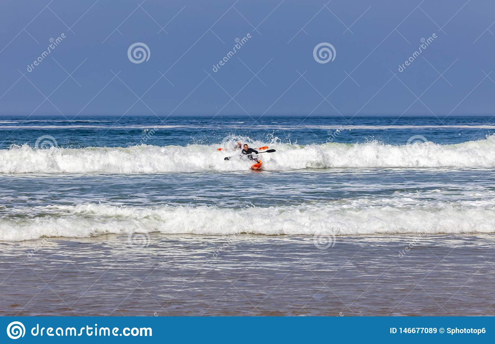 人在皮船的波浪使用