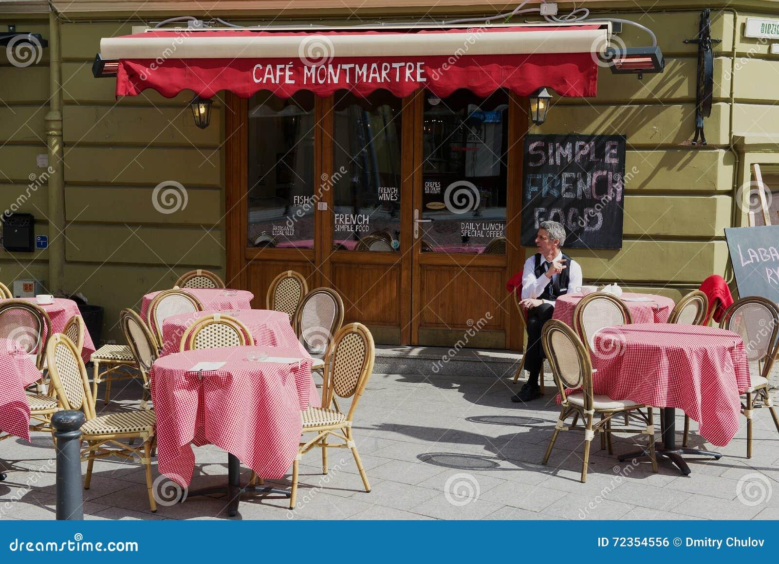 人坐在桌上在咖啡馆蒙马特在街市维尔纽斯,立陶宛