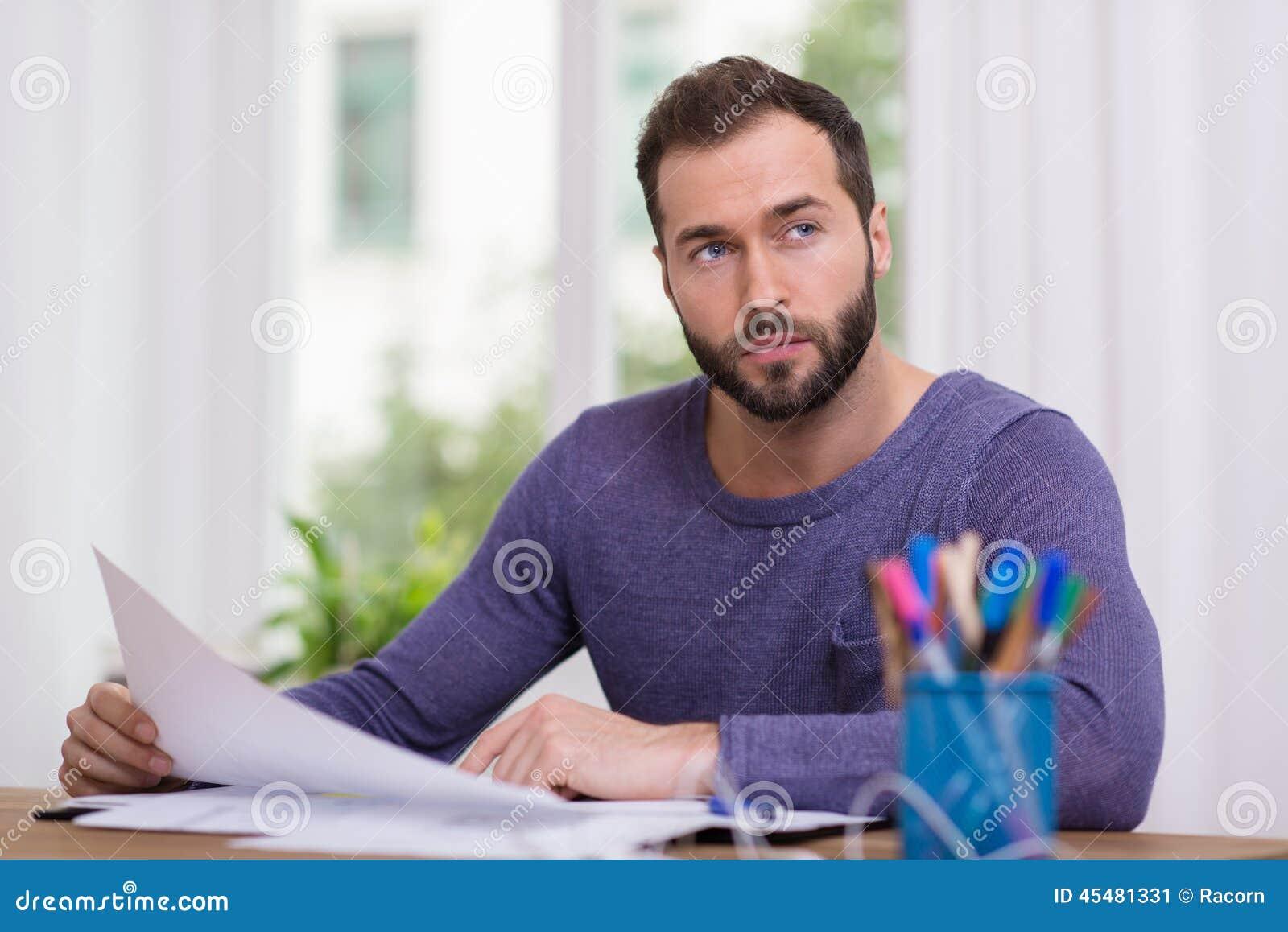 人坐的认为在他的书桌