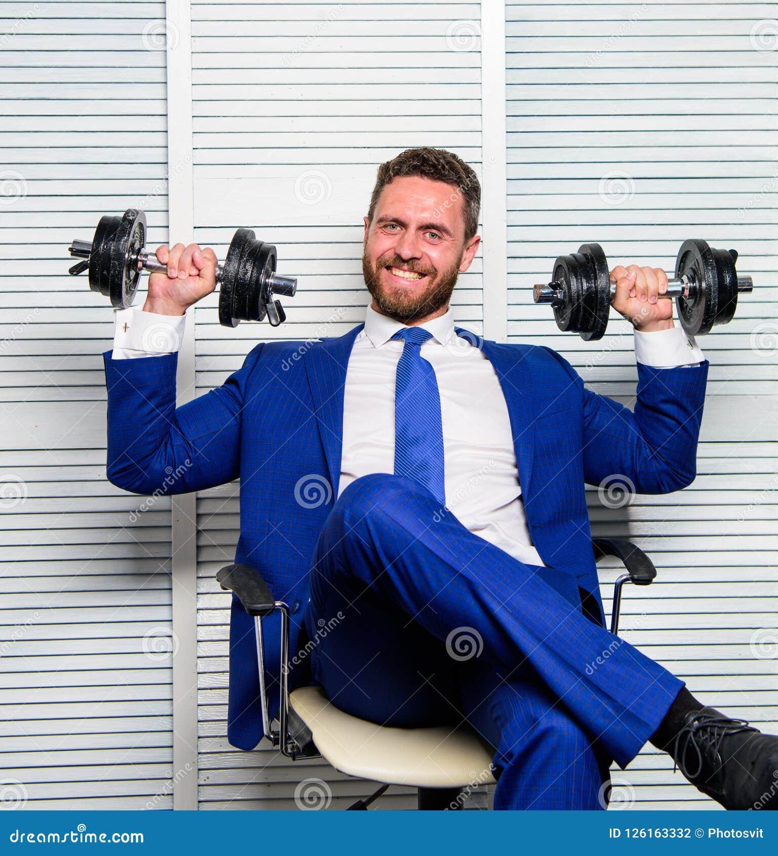 人培养重的哑铃 上司商人经理有哑铃的培养手 体育健康生活方式 成功