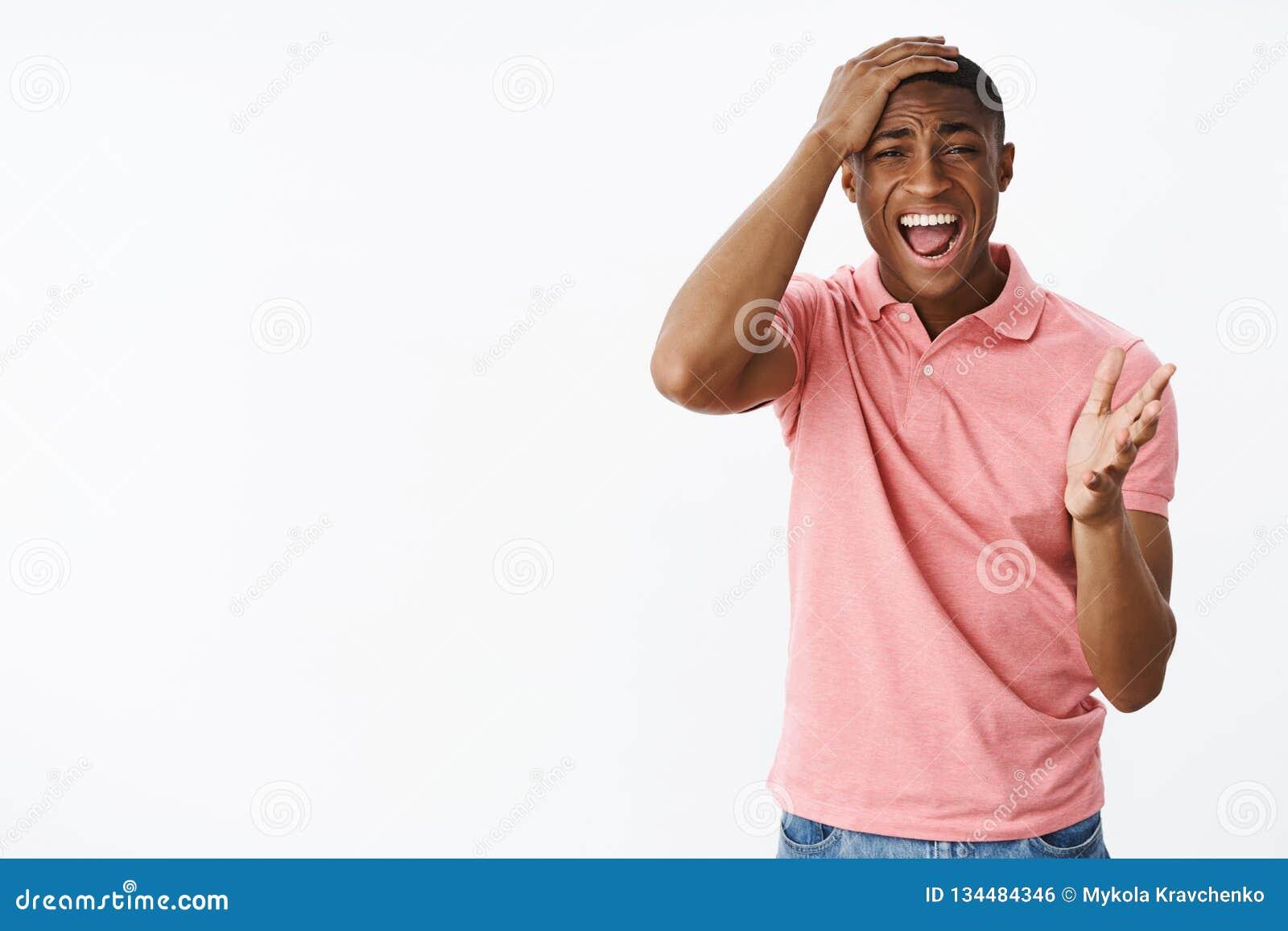 人尖叫猛击的头和指向与棕榈照相机作为devestated和生气与坏比分观看