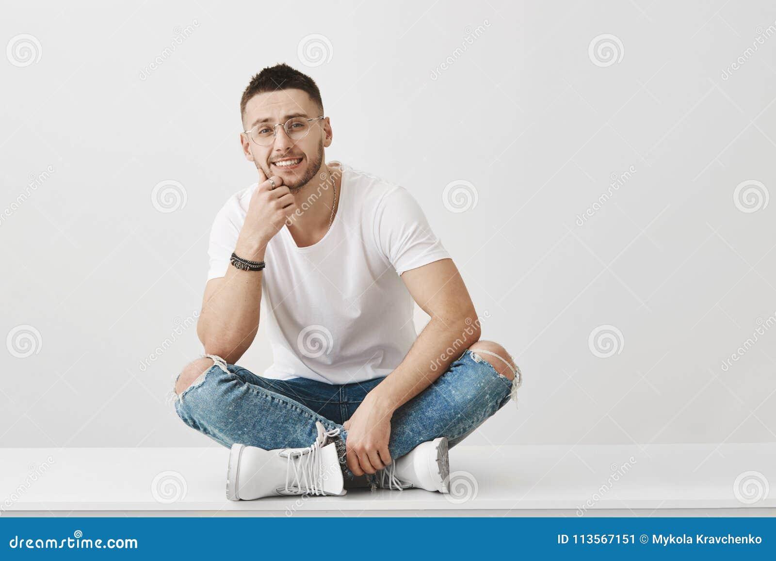 人尝试是礼貌,但是懊恼人谈的胡话 坐与盘的腿的美丽的欧洲人画象